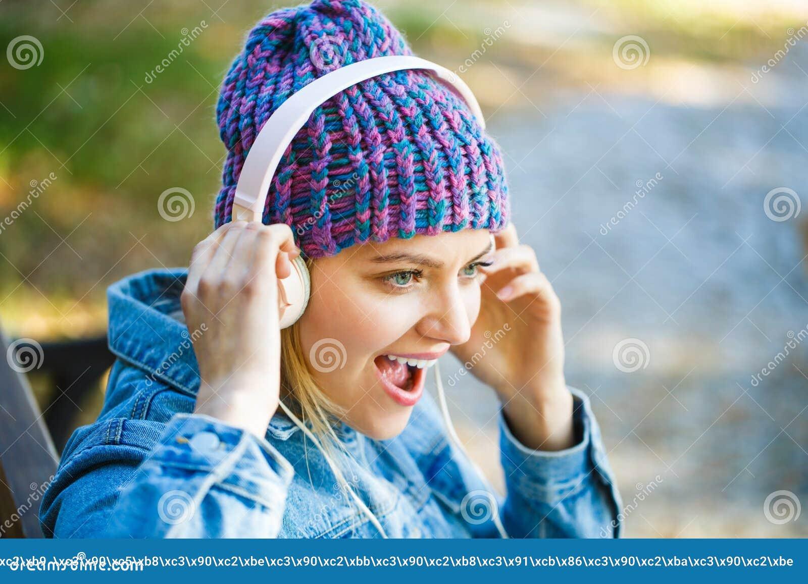 Dziewczyna hełmofony słuchają muzykę Słuchać muzyka Jesieni melodii pojęcie duży hełmofonów kobiety potomstwa rozochocony