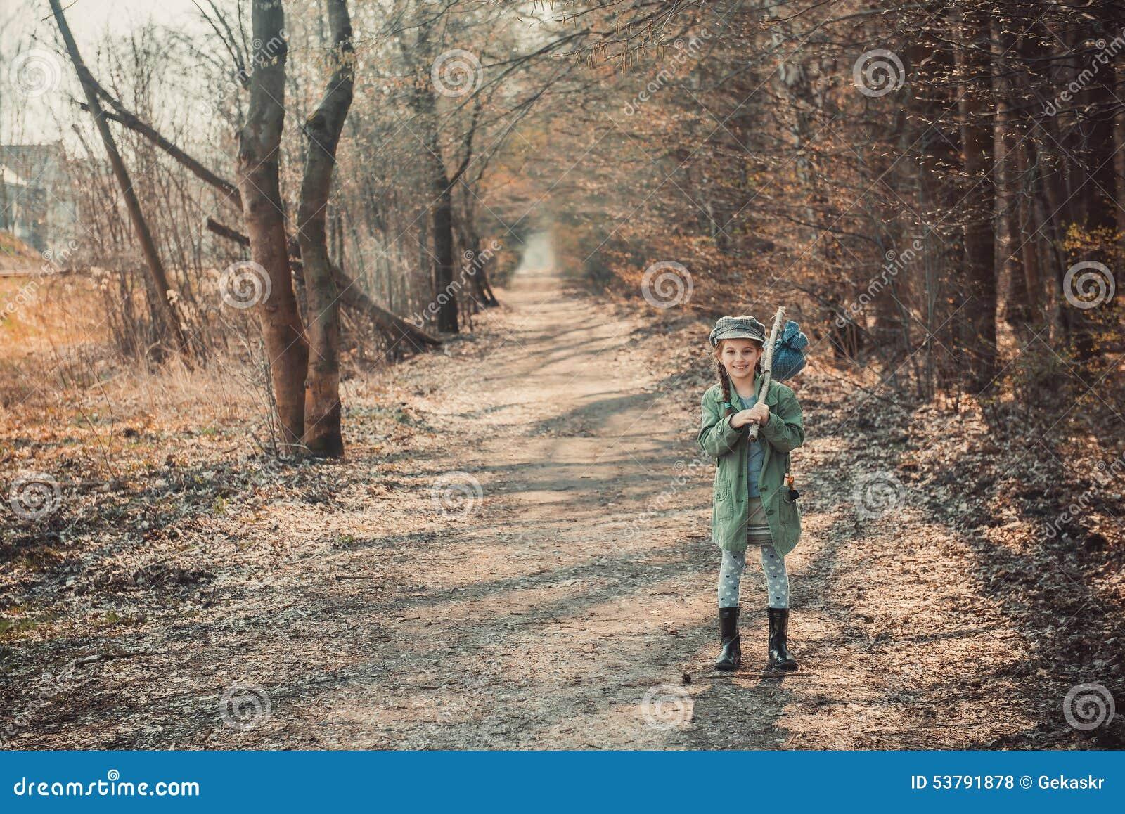 Dziewczyna iść przez drewien