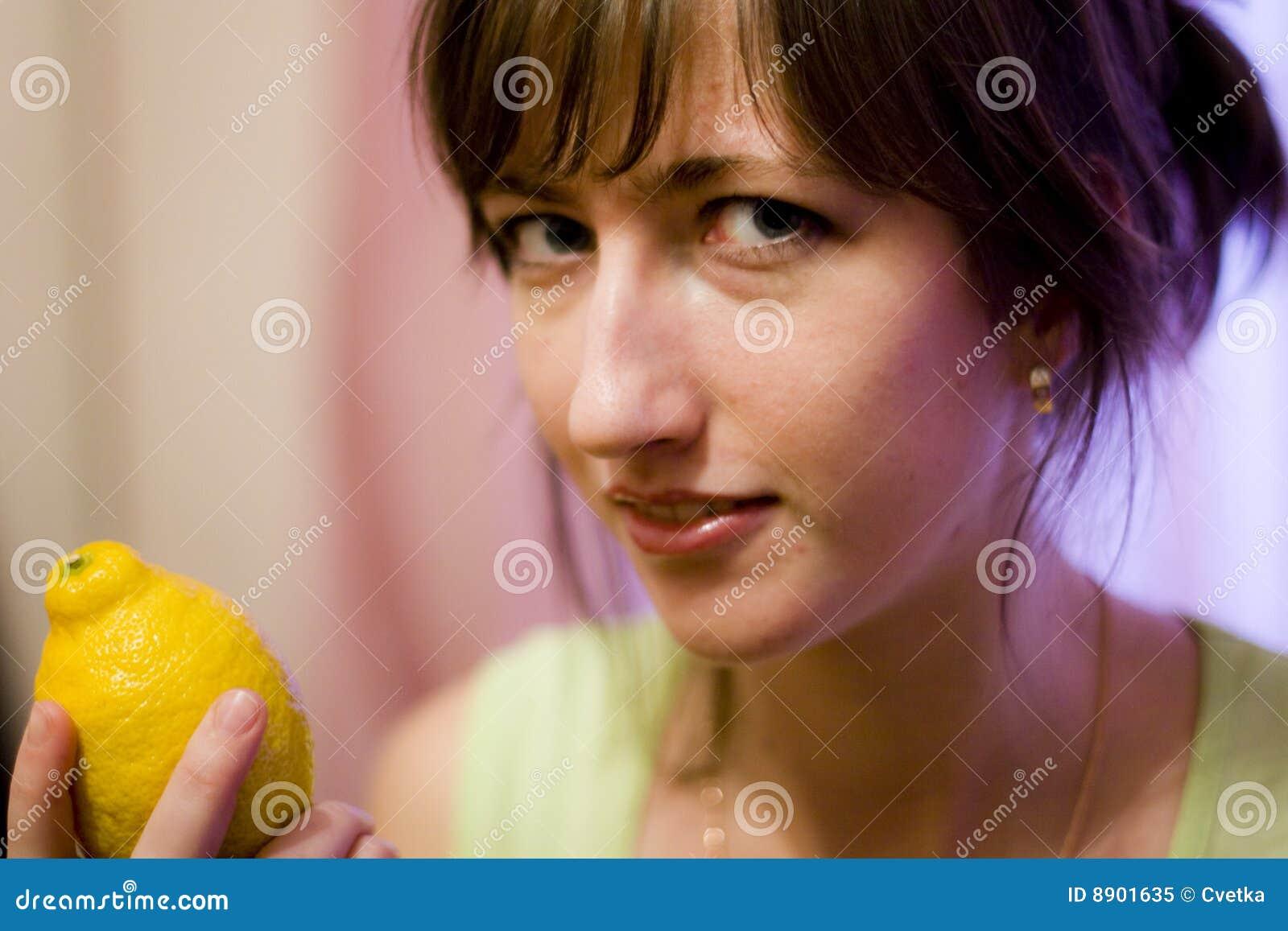 Dziewczyna i cytryna