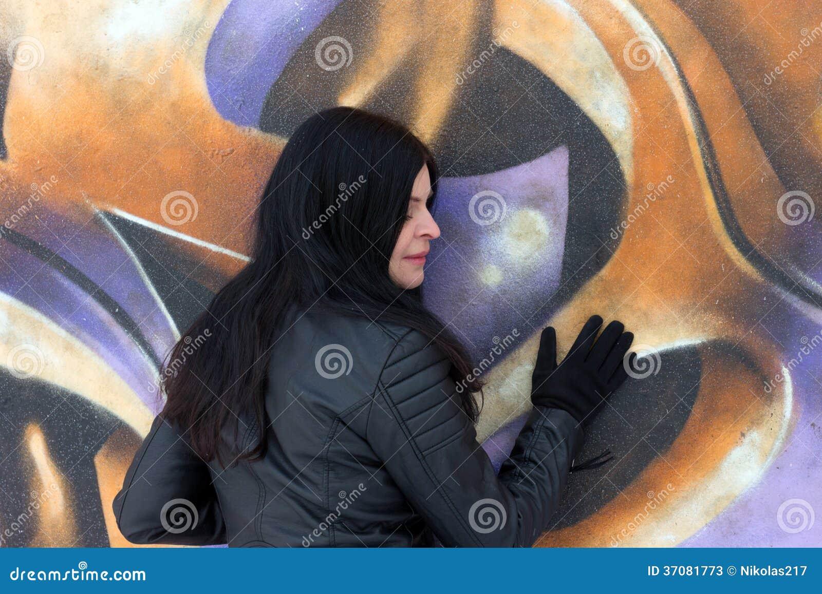 Download Dziewczyna i graffiti obraz stock. Obraz złożonej z ludzie - 37081773