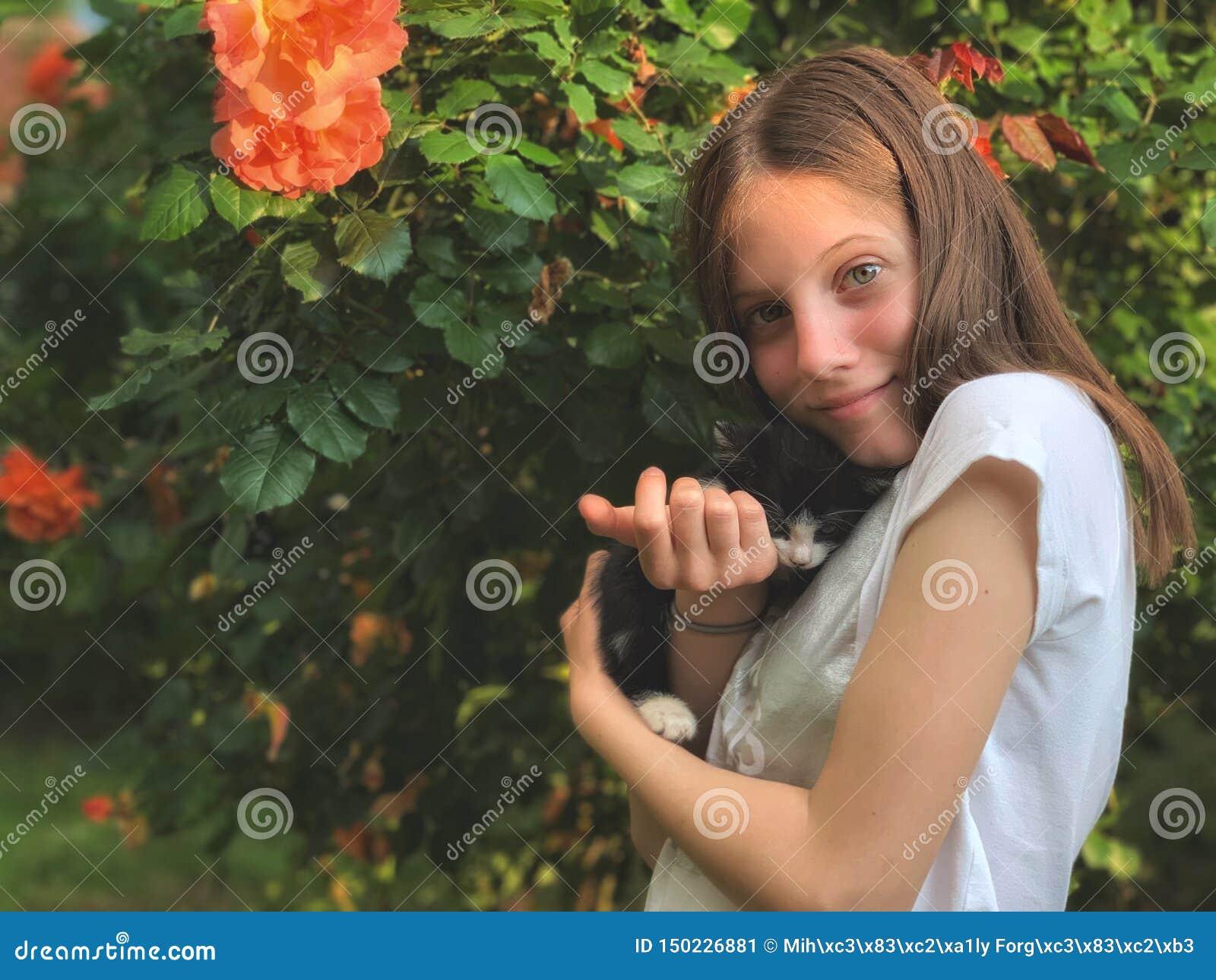 Dziewczyna i jej kiciunia w ręce
