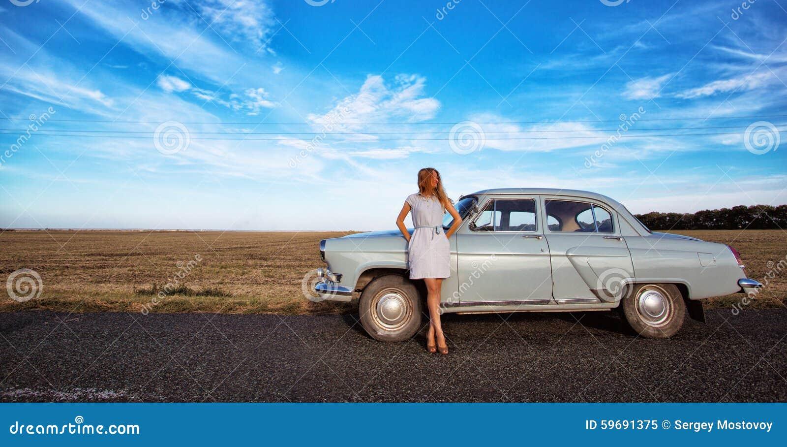 Dziewczyna i retro samochód