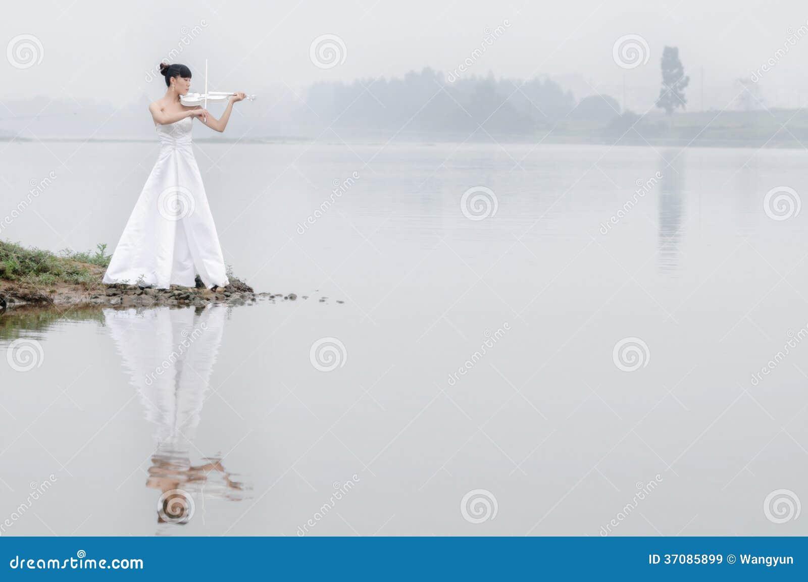 Download Dziewczyna i skrzypce obraz stock. Obraz złożonej z twarz - 37085899