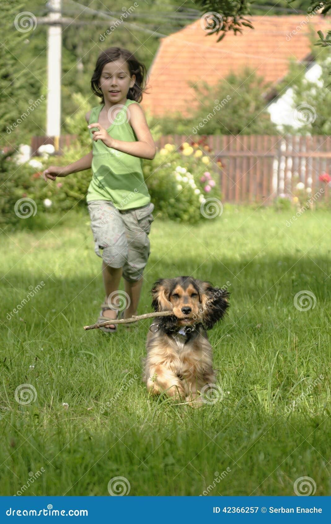 Dziewczyna i szczeniak