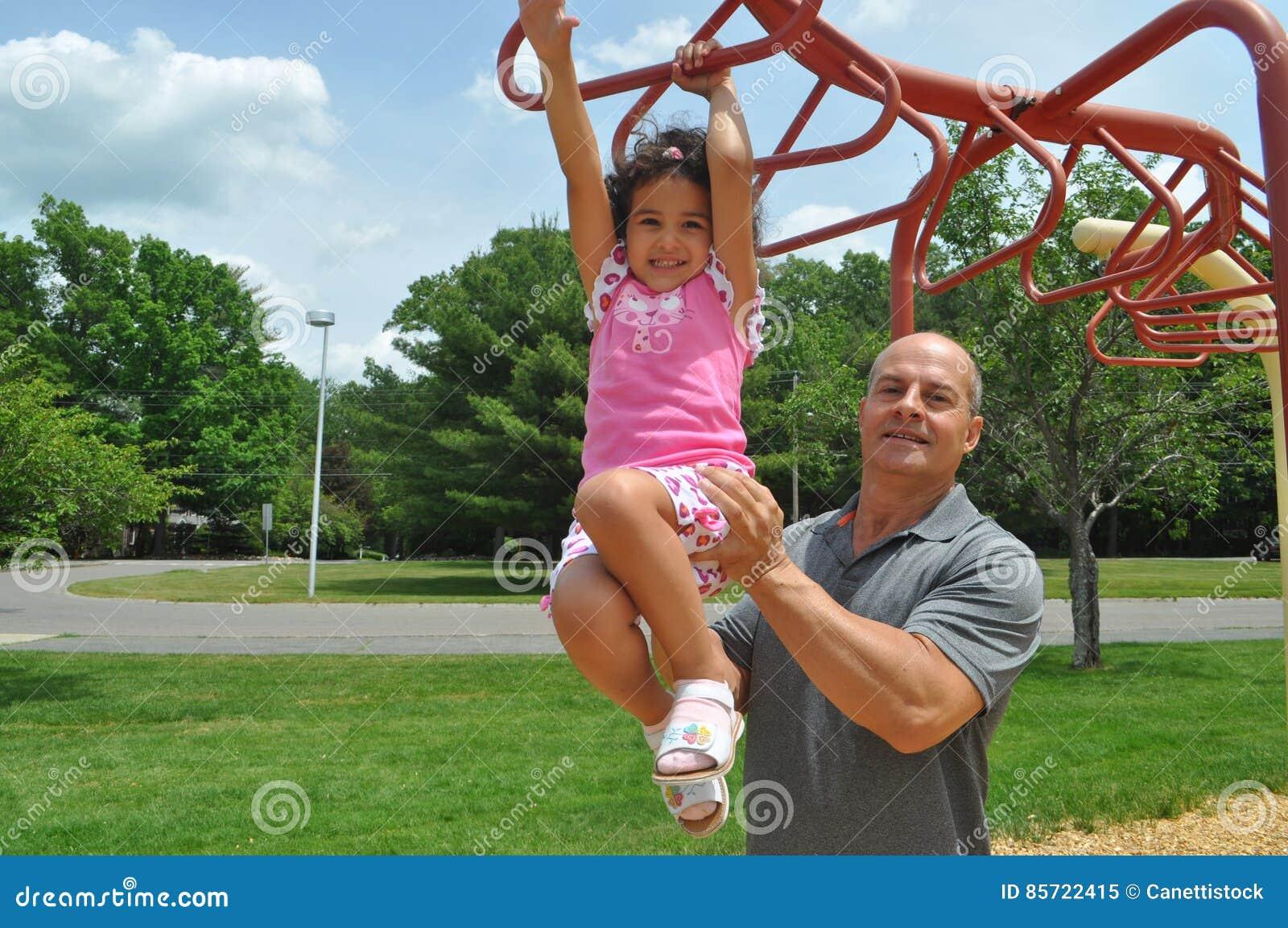 Dziewczyna i tata w boisku
