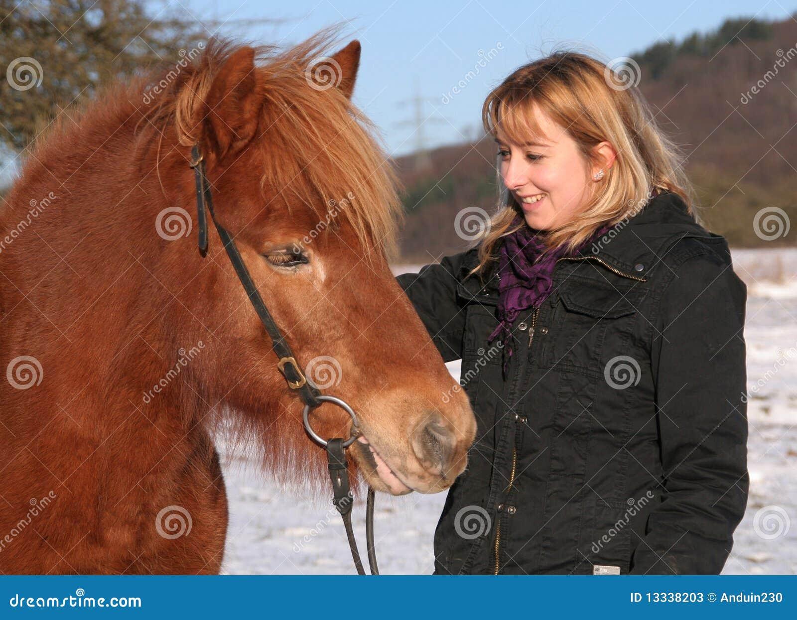 Dziewczyna jej końscy islandic potomstwa