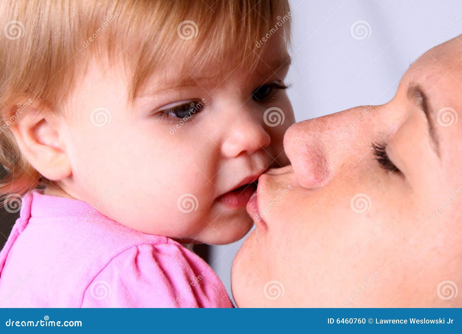 Dziewczyna jej matka trochę pocałunków