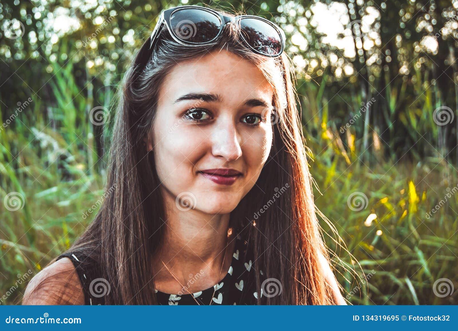 Dziewczyna jest uśmiechnięta na tle natura