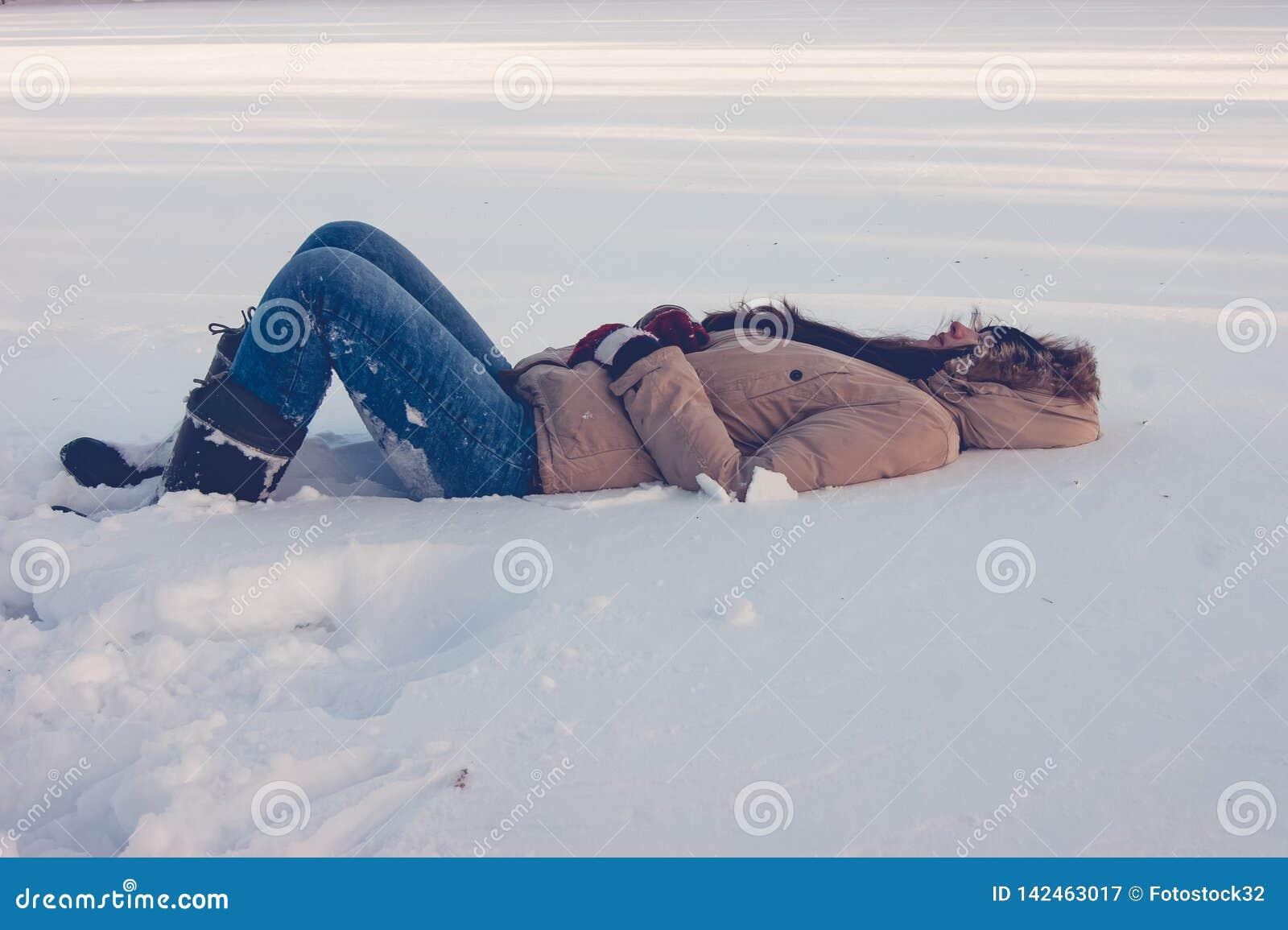 Dziewczyna kłama w śniegu