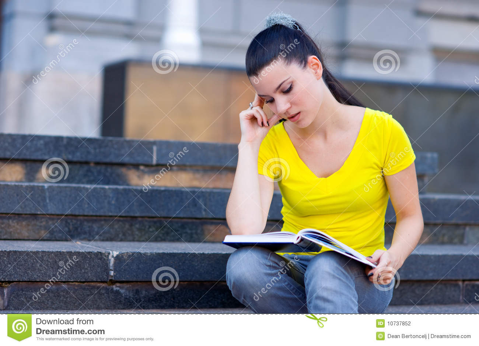 Dziewczyna książkowi schodki