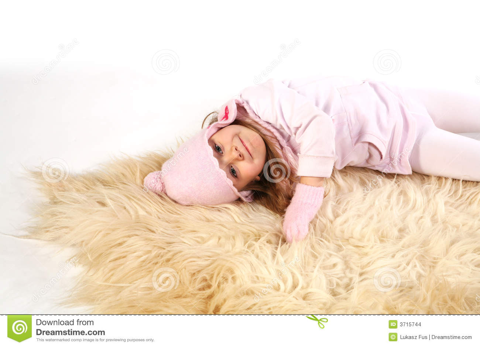Dziewczyna leży dywan