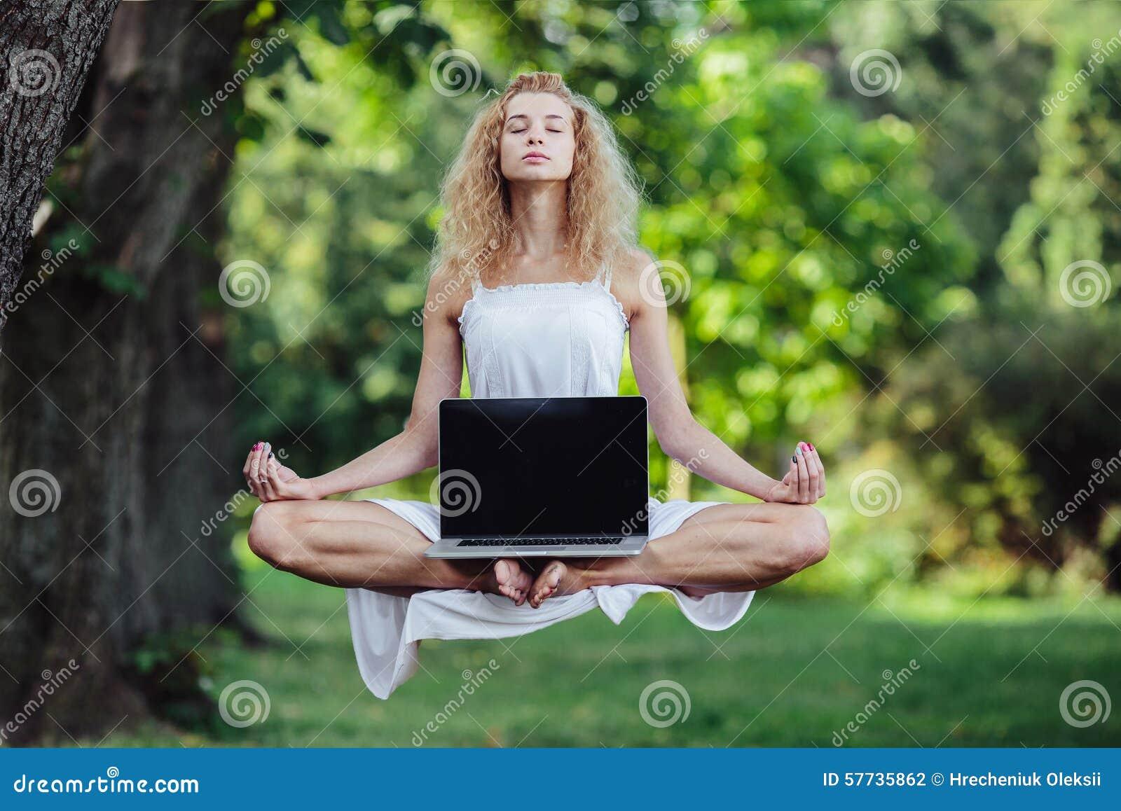 Dziewczyna levitates z laptopem