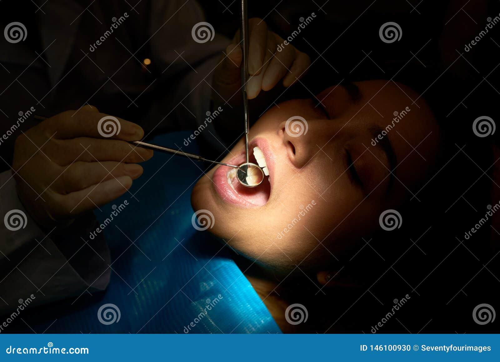 Dziewczyna ma rocznych zęby egzaminacyjnych