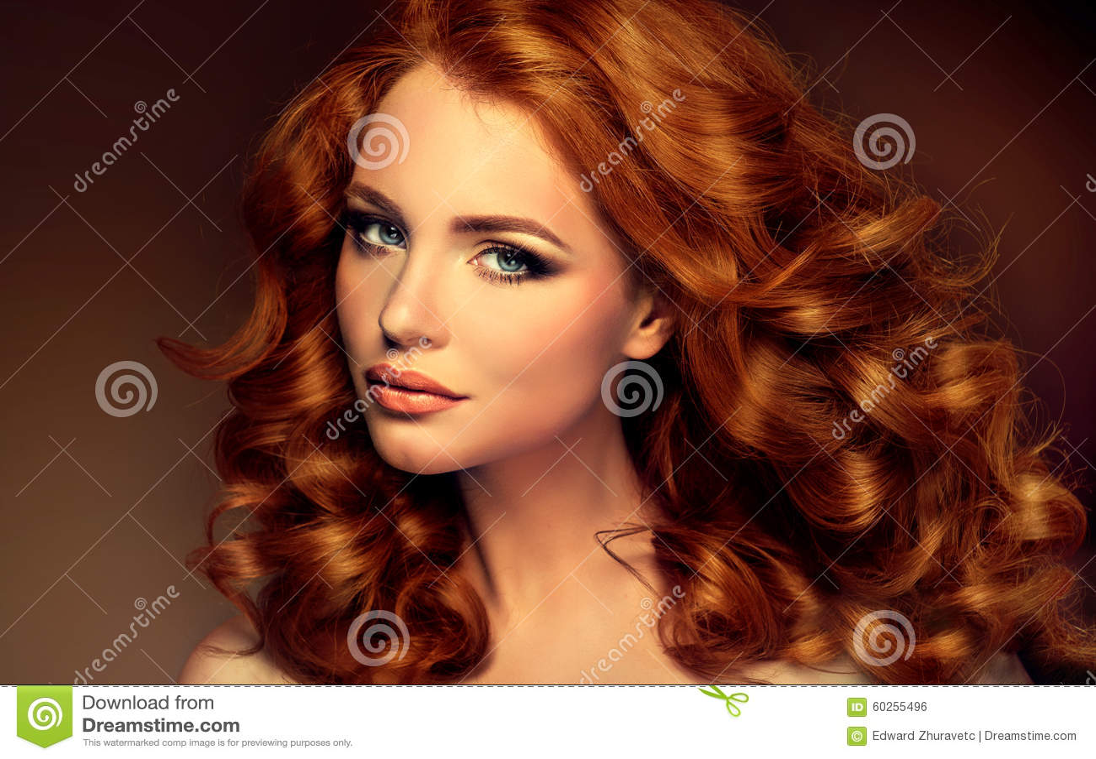 Dziewczyna model z długim kędzierzawym czerwonym włosy