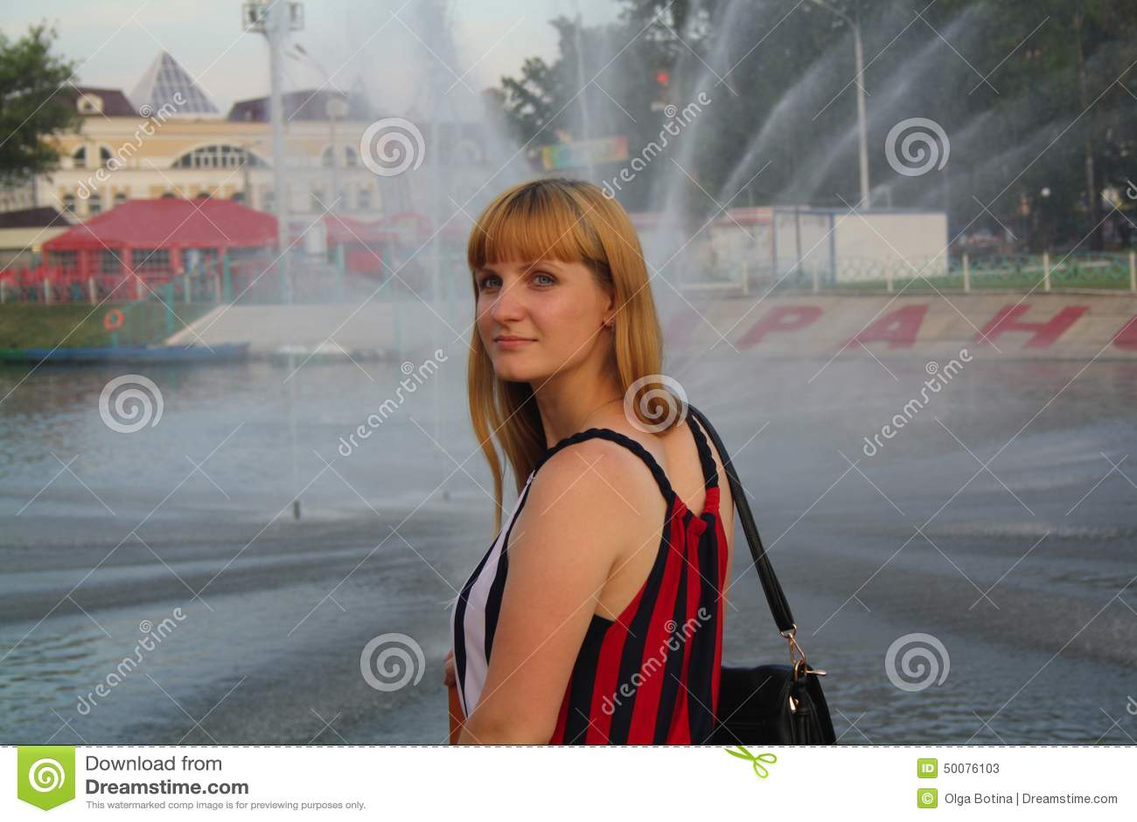 Dziewczyna na pejzażu miejskim
