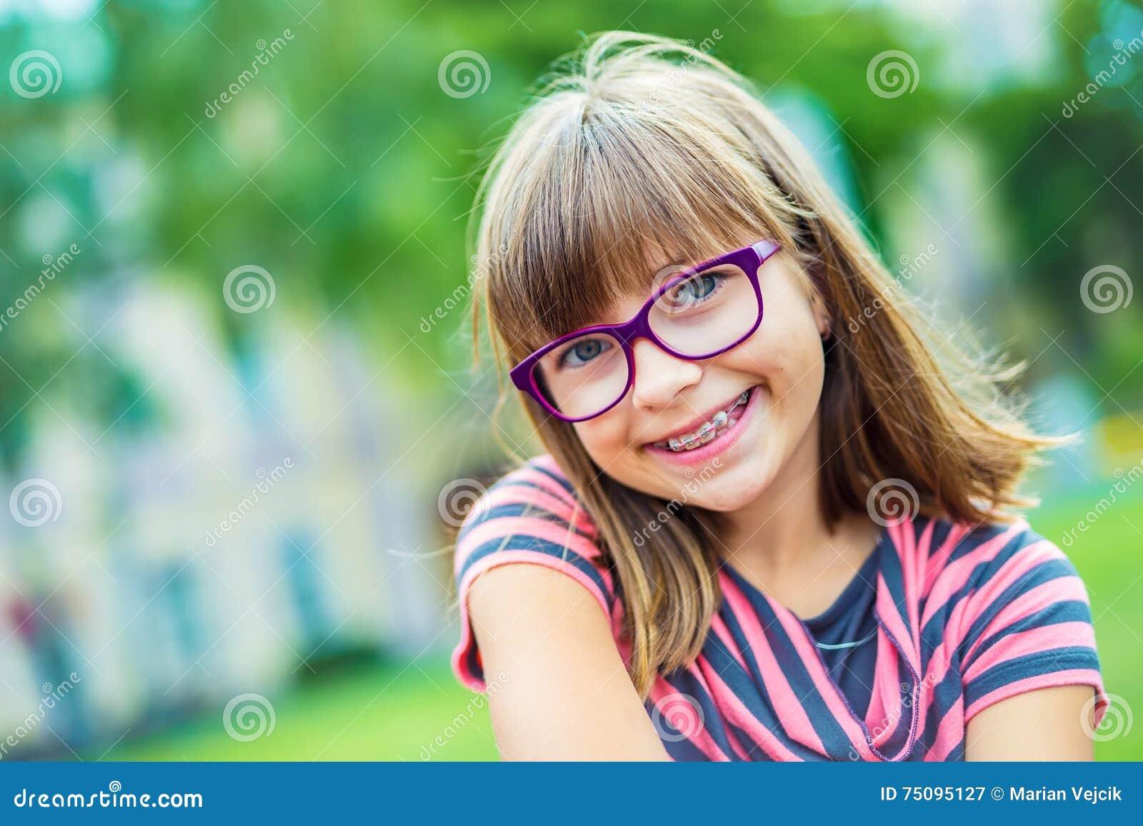 Dziewczyna nastoletni Pre nastoletni Dziewczyna z szkłami Dziewczyna z zębów brasami Młoda śliczna caucasian blond dziewczyna jes