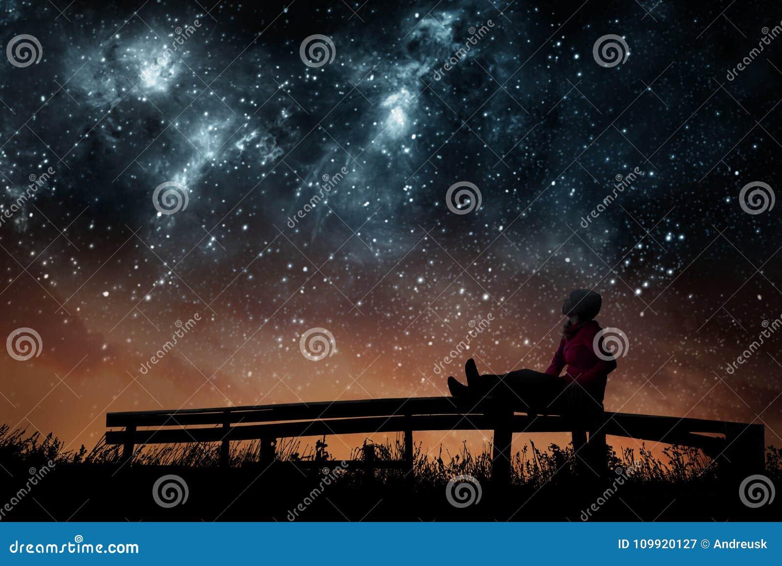 Dziewczyna ogląda gwiazdy