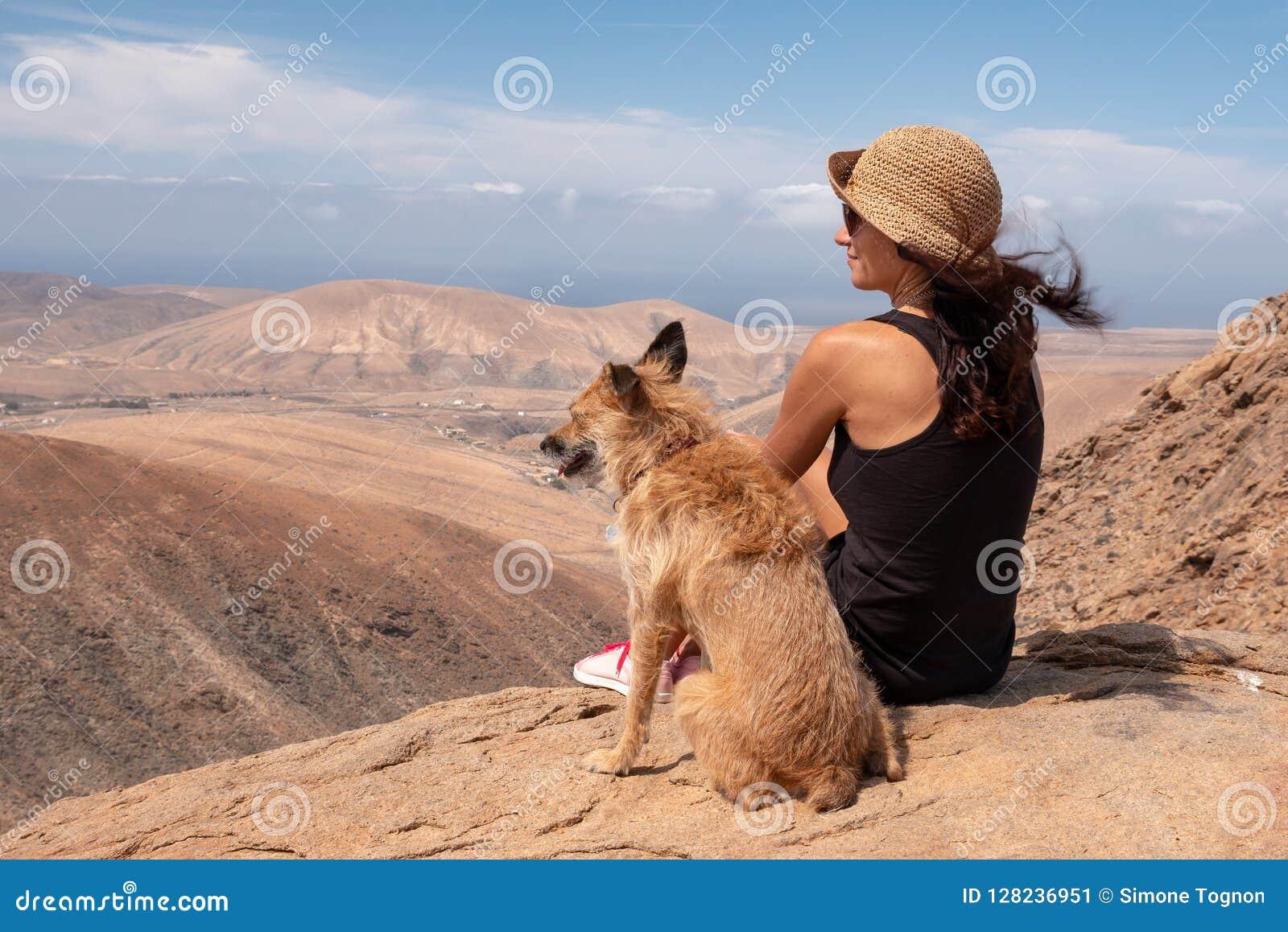 Dziewczyna ogląda panoramę z jej szczeniaka psem