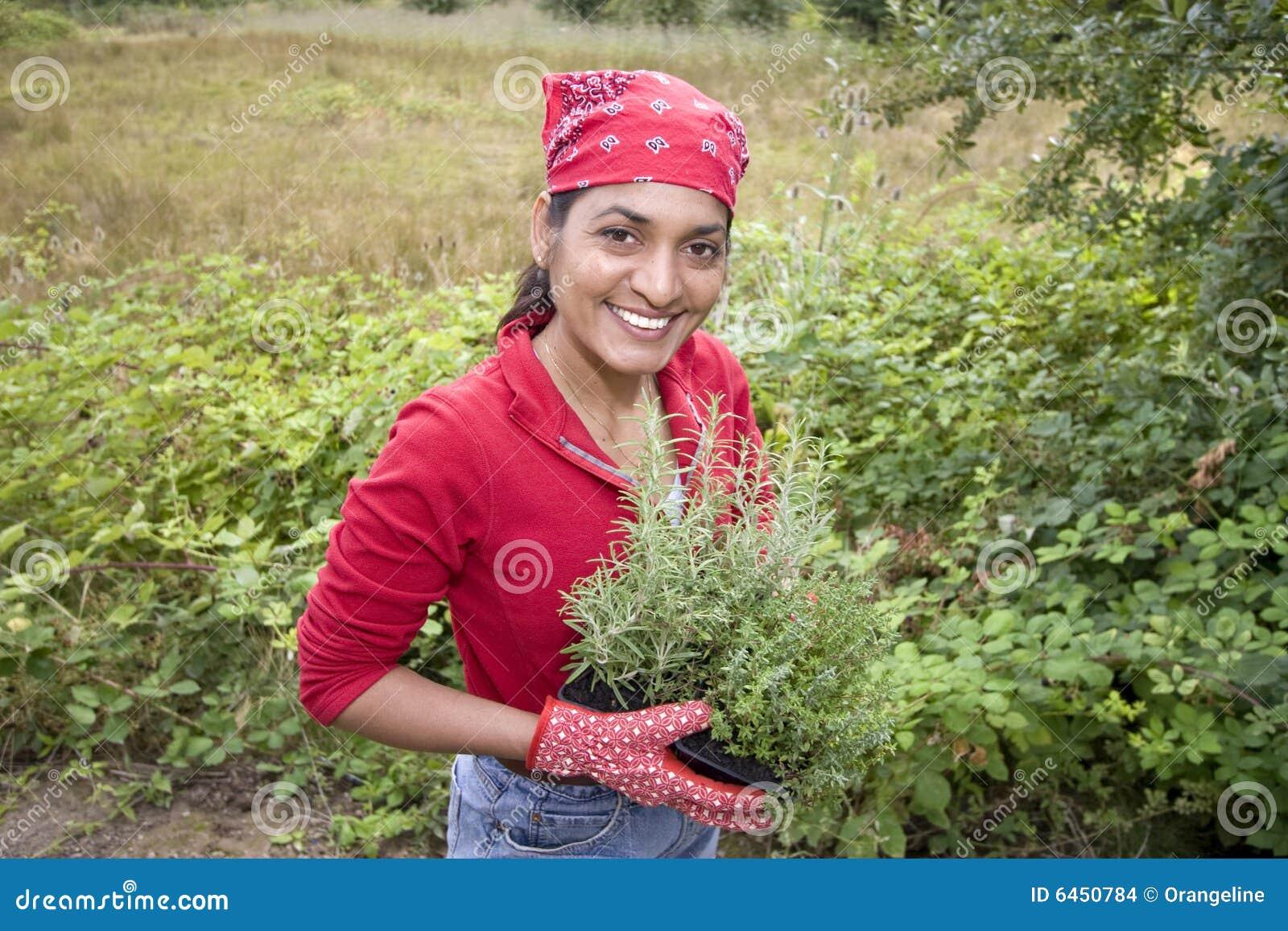 Dziewczyna ogrodowa spoza pracy