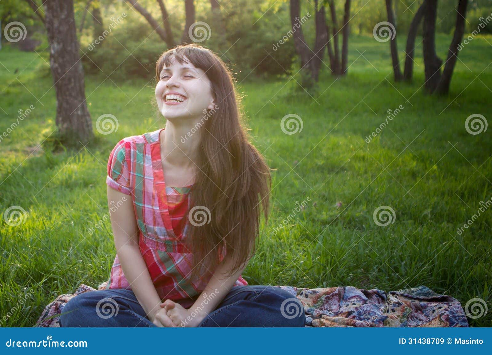 Dziewczyna ono uśmiecha się w parku