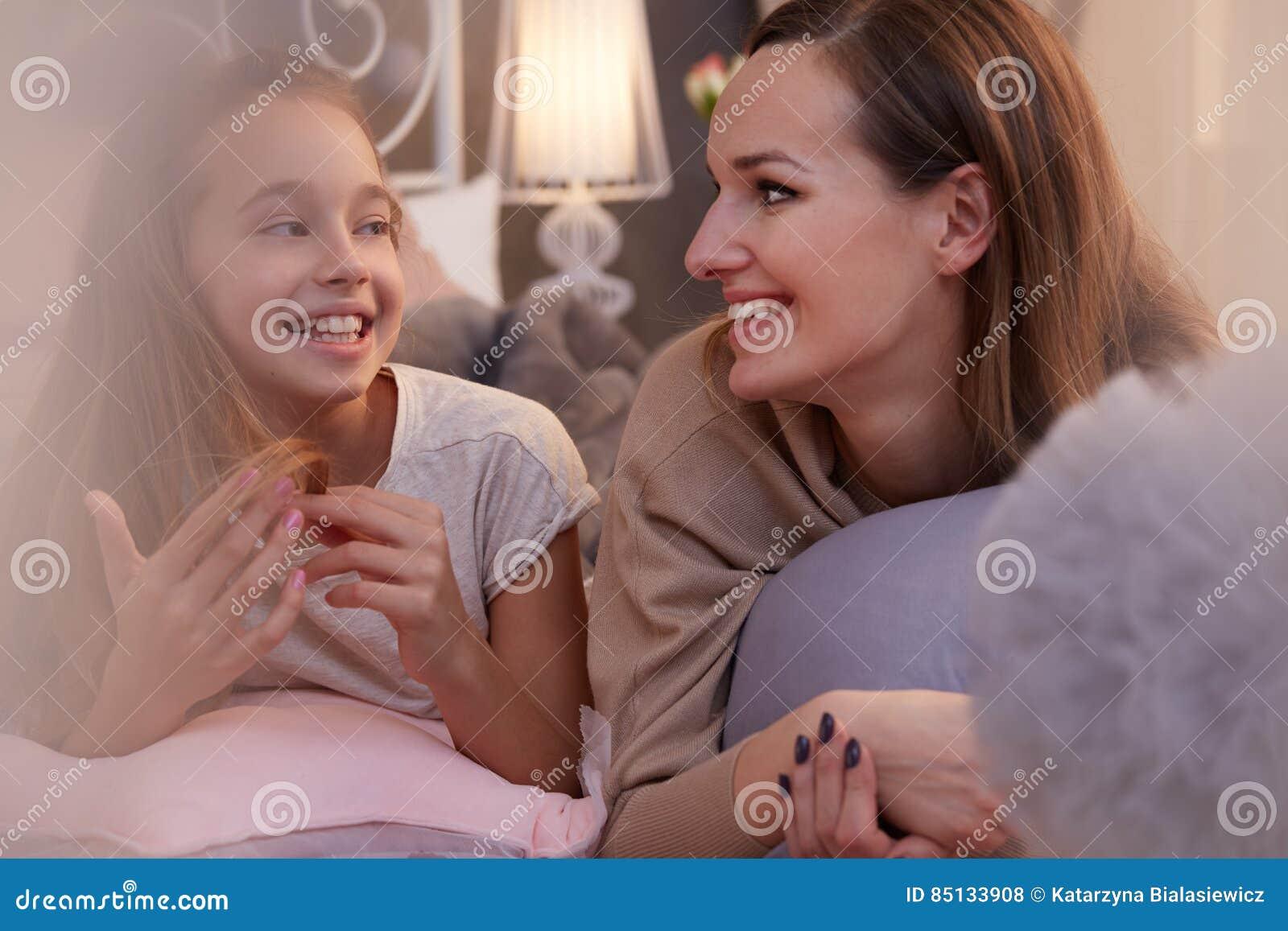 Dziewczyna opowiada z pozytyw matką