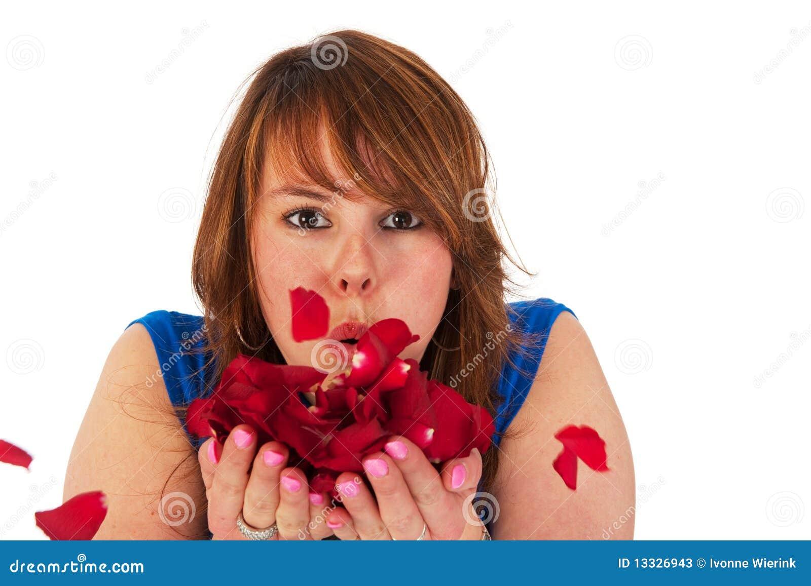 Dziewczyna opuszczać róże młody