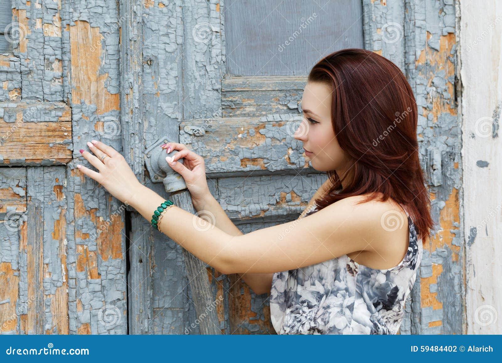 Dziewczyna otwiera starego drzwi