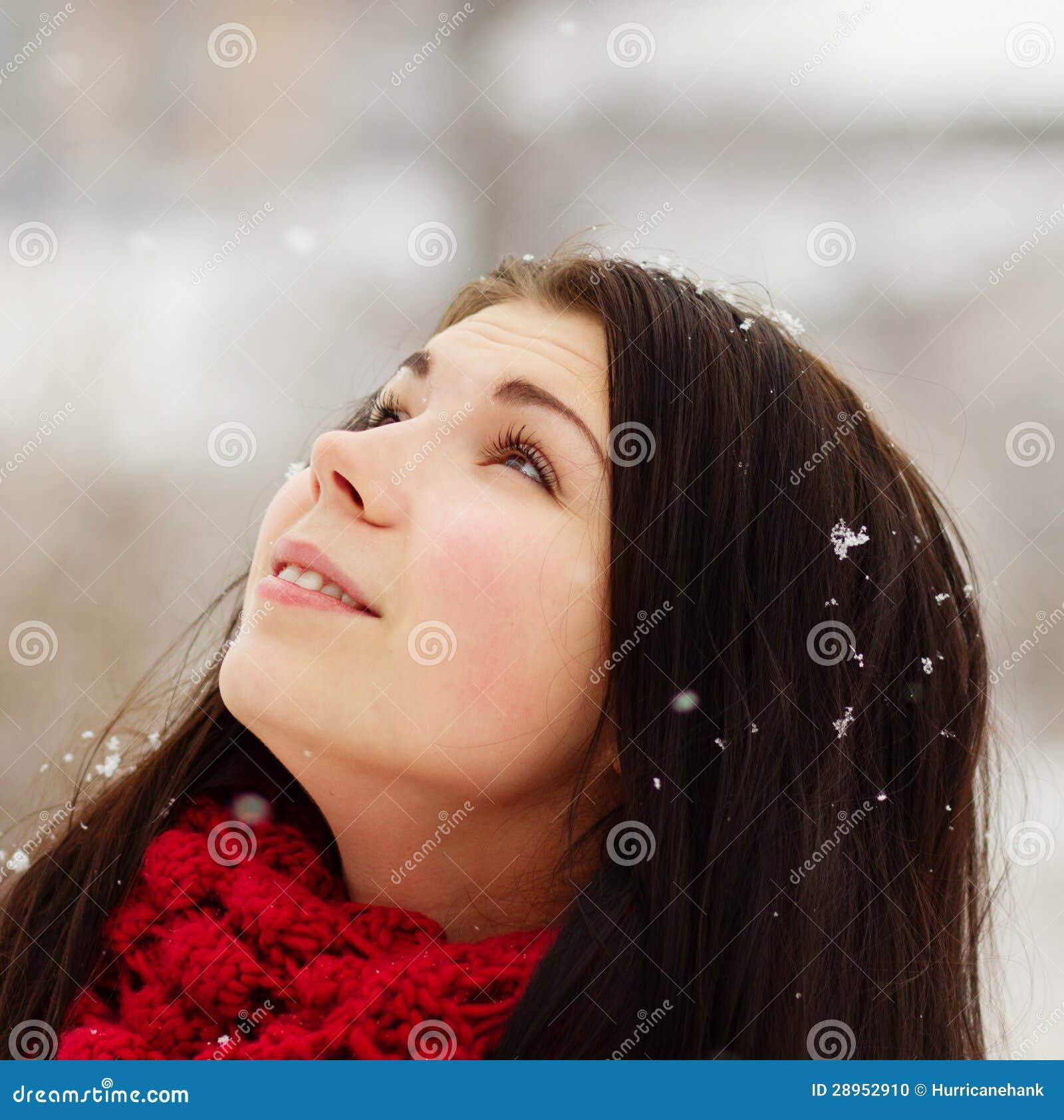 Dziewczyna outdoors w śnieżnym zima dniu