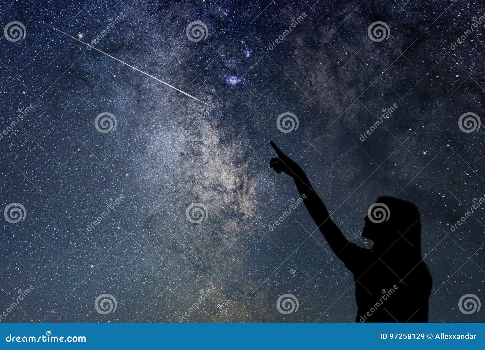 Dziewczyna patrzeje gwiazdy Dziewczyna wskazuje mknącą gwiazdę