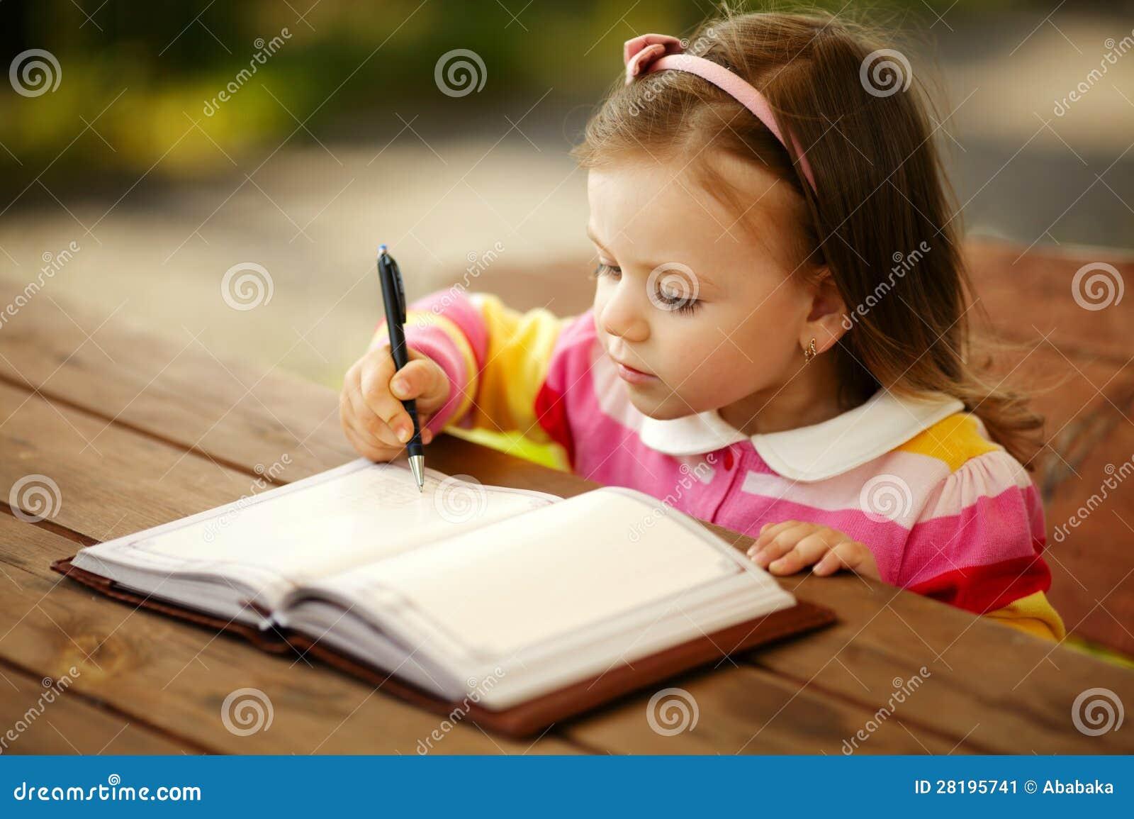 Dziewczyna pisze notepad