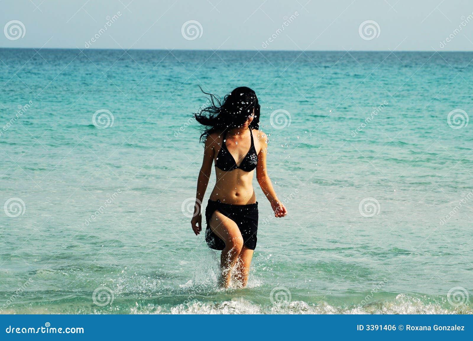 Dziewczyna plażowa chodzi