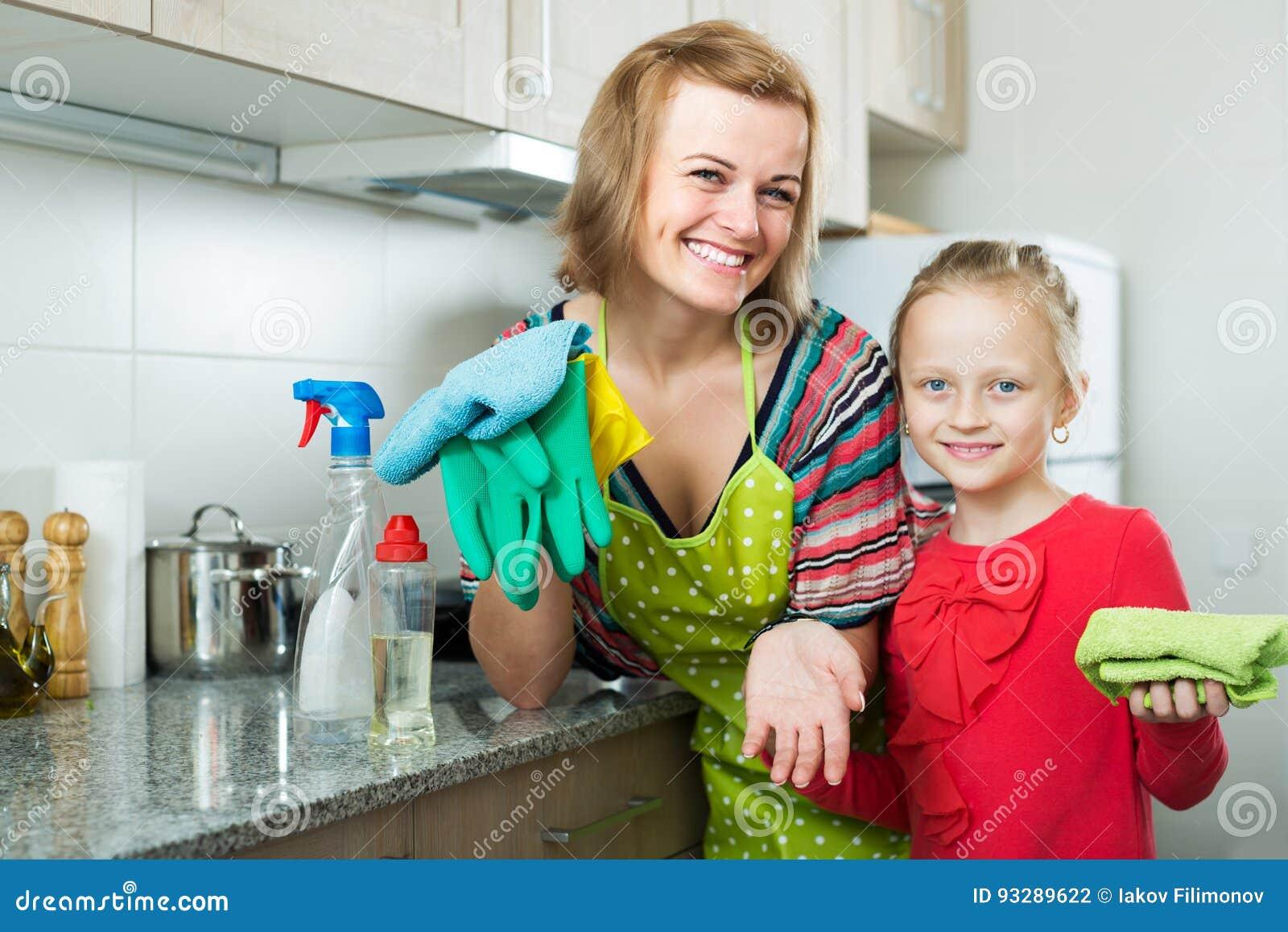 Dziewczyna pomaga macierzystemu okurzanie meble