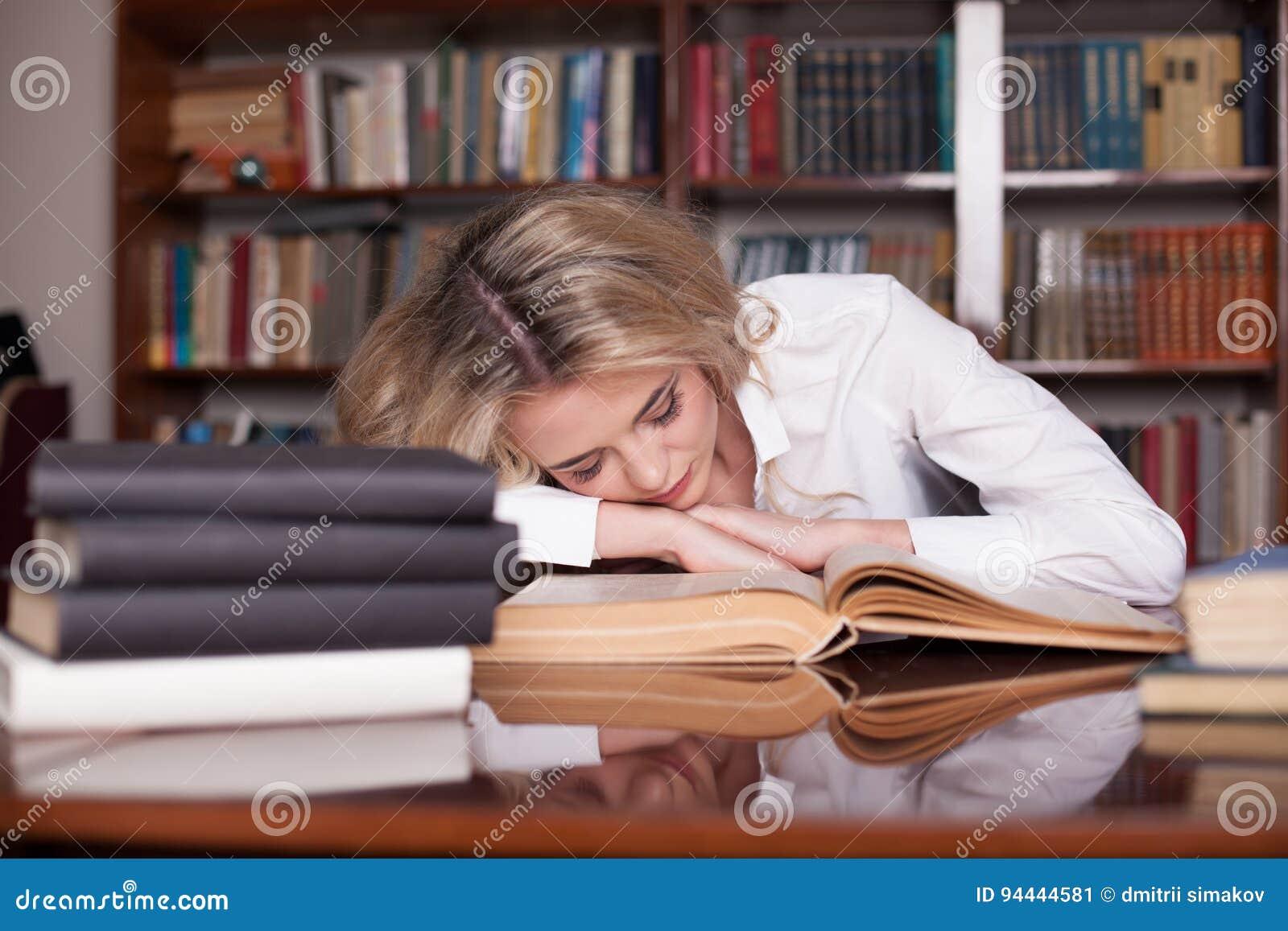 Dziewczyna przygotowywał dla egzamin czytelniczej książki dosypiania