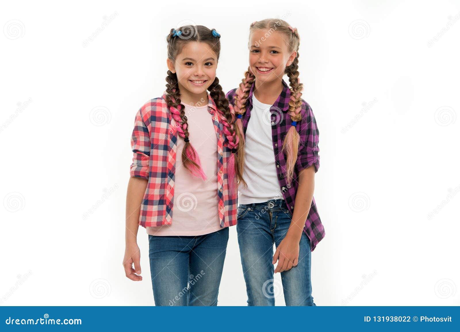 Dziewczyna przyjaciół odzieży jednakowi stroje ten sam fryzury kanekalon warkoczy bielu tło Siostry spojrzenia rodzinny strój