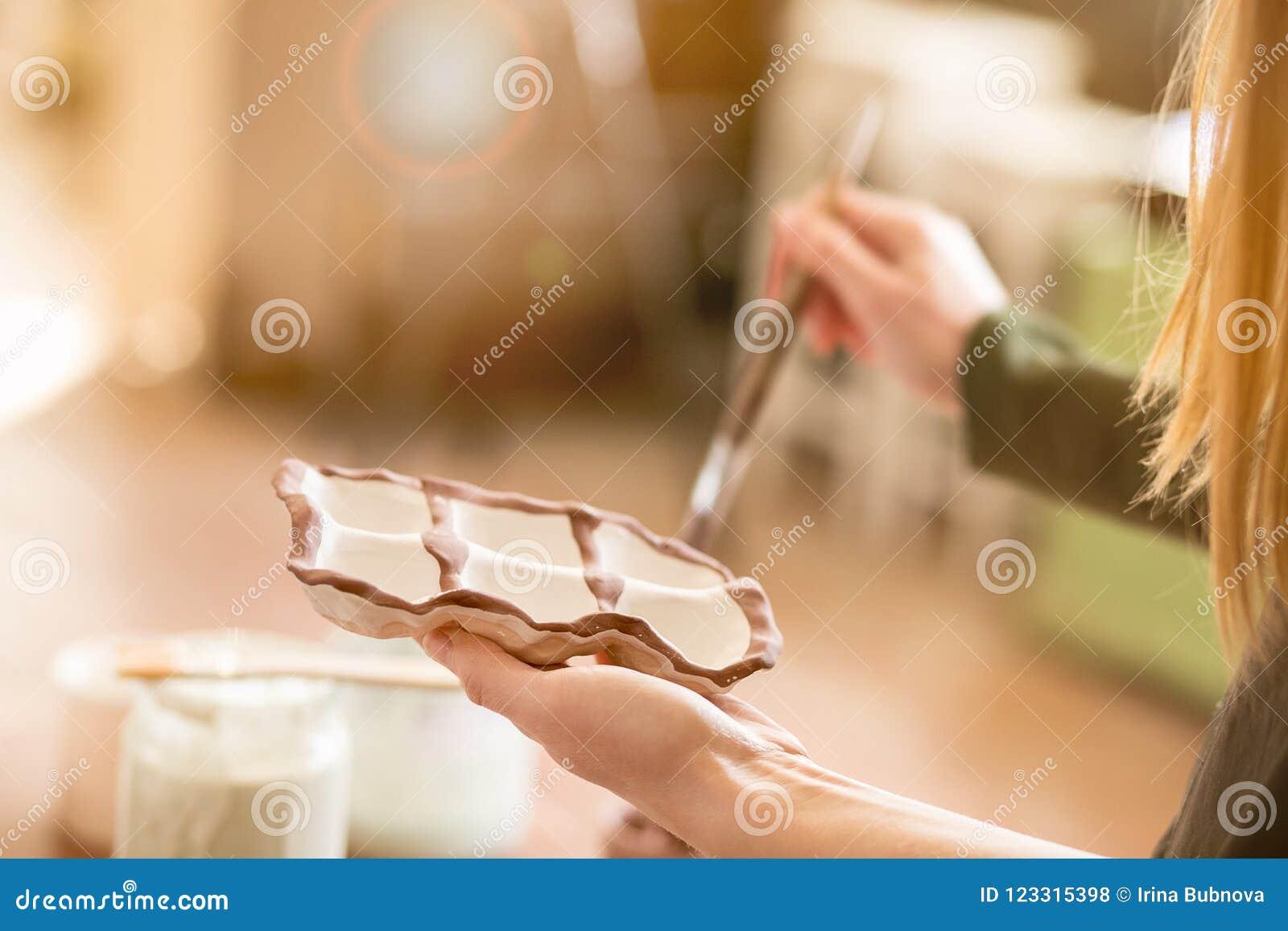 Dziewczyna remisów wzory na earthenware ceramika
