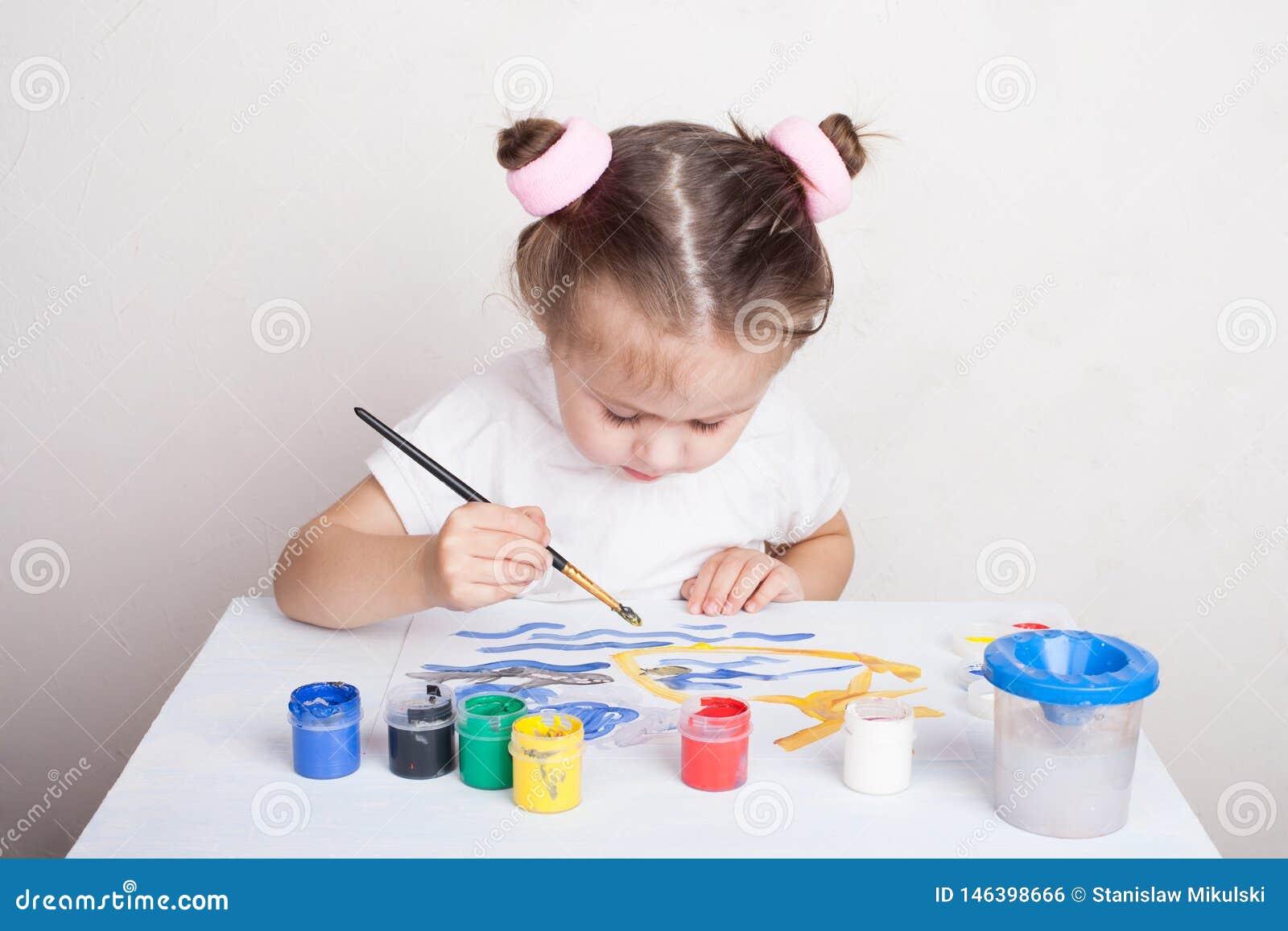 Dziewczyna remisy w kolor farbach