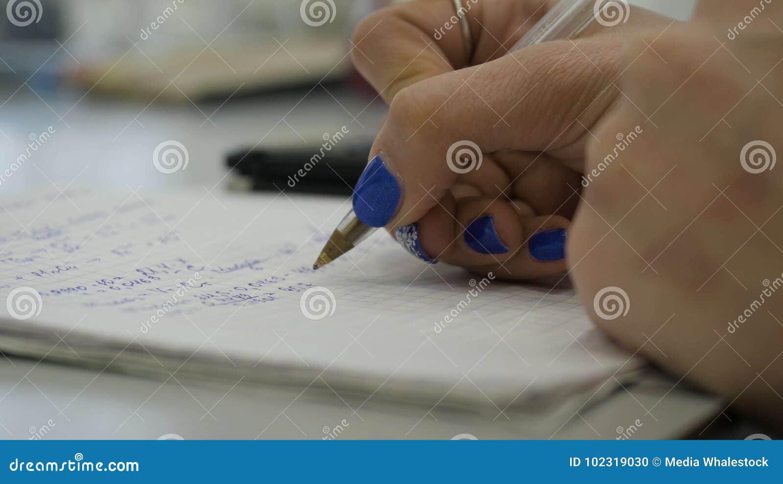 Dziewczyna rozważa czeki na kalkulatorze Wręcza kobieta kalkulatora pieniądze Żeński urzędników trzymać układa