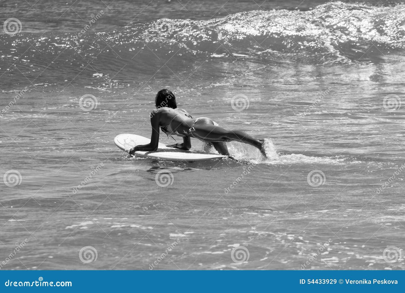 Dziewczyna seksowny surfer