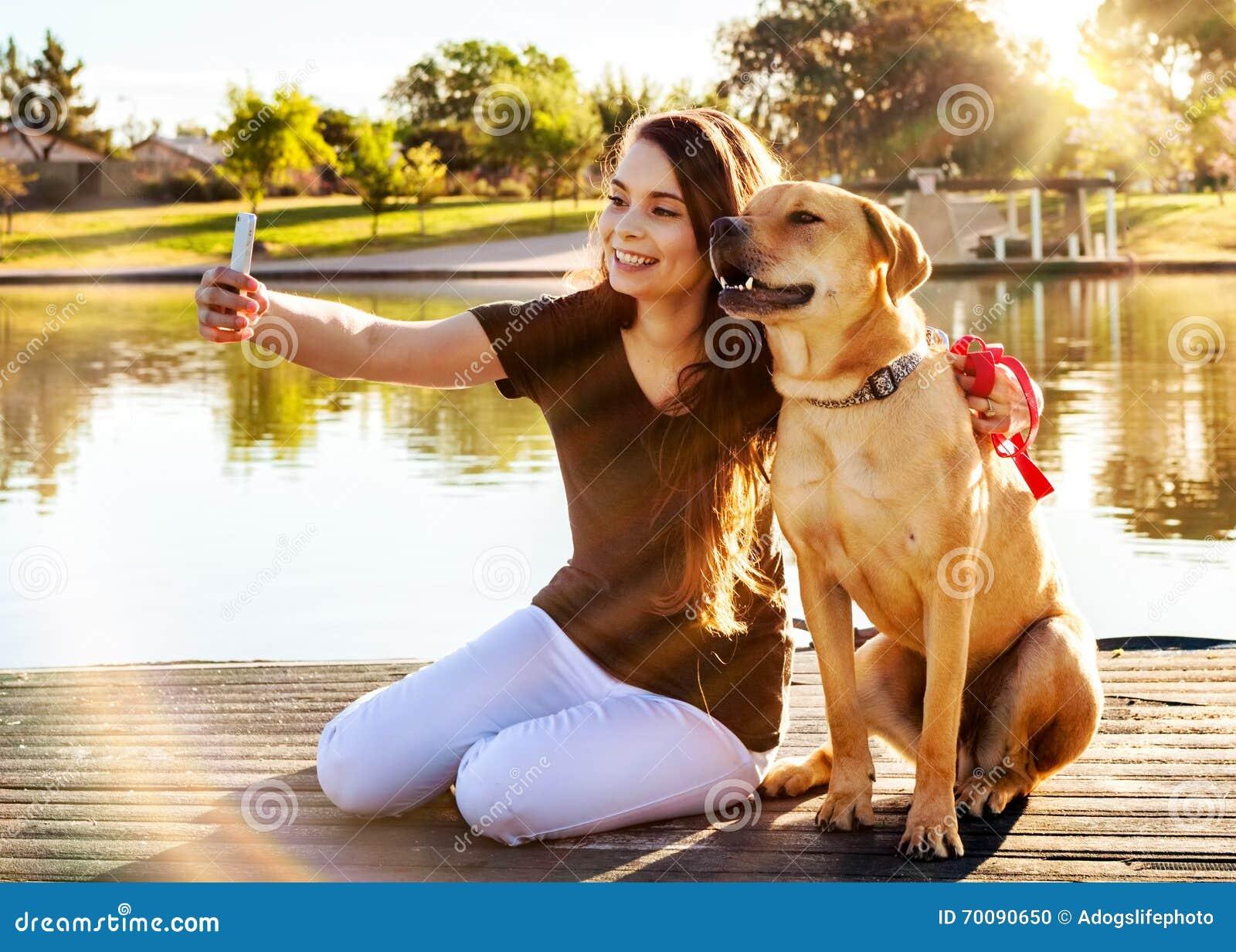 Dziewczyna Selfie przy parkiem i pies