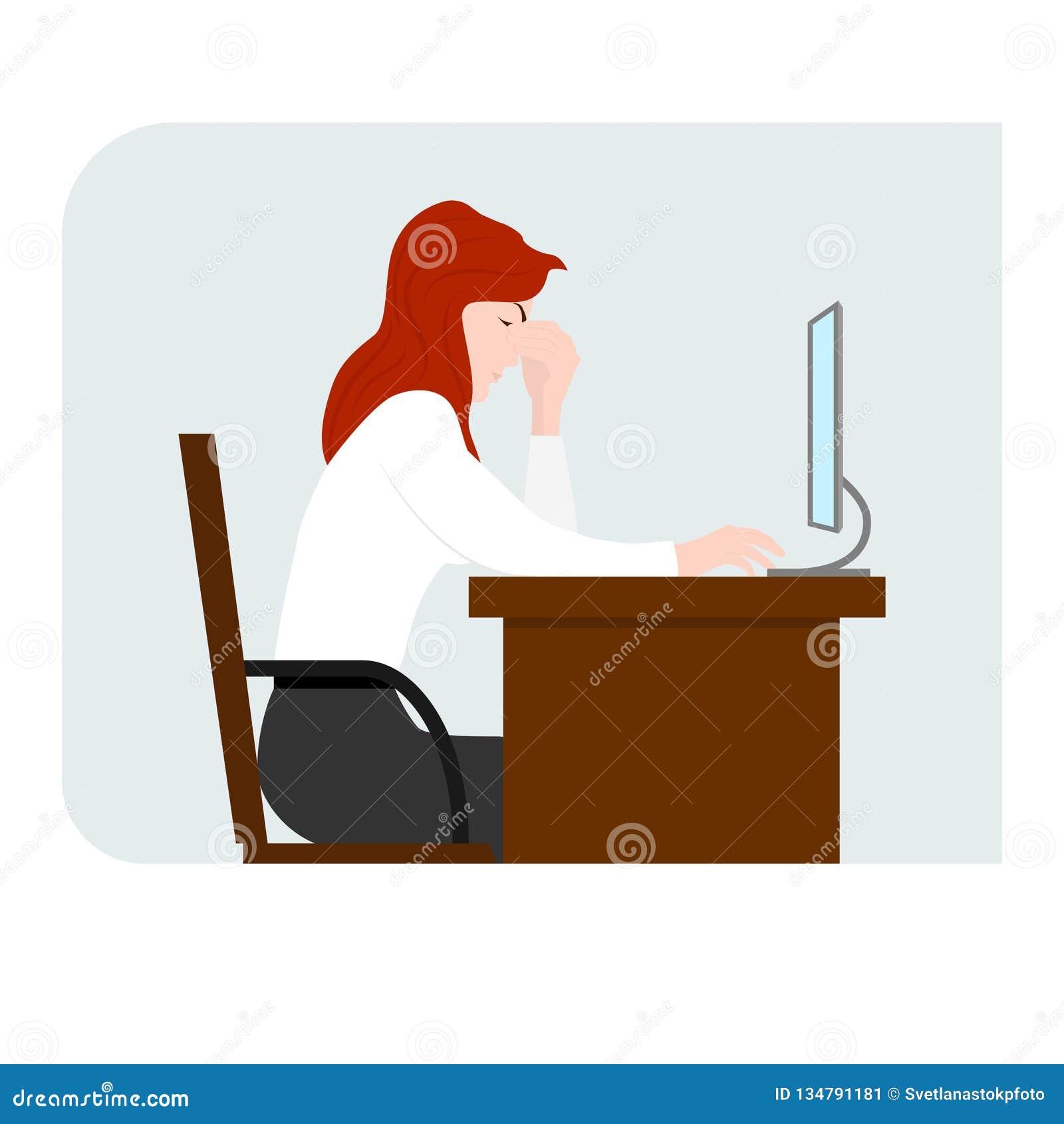 Dziewczyna siedzi przed komputerem i trzyma jej głowę Punkt ból Komputerowy zmęczenie