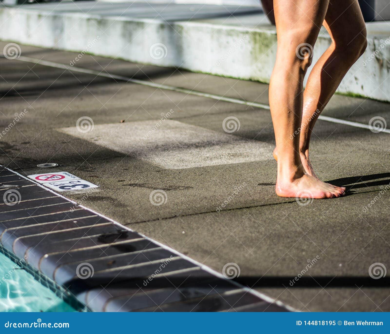 Dziewczyna Stoi bezczynnie basenu