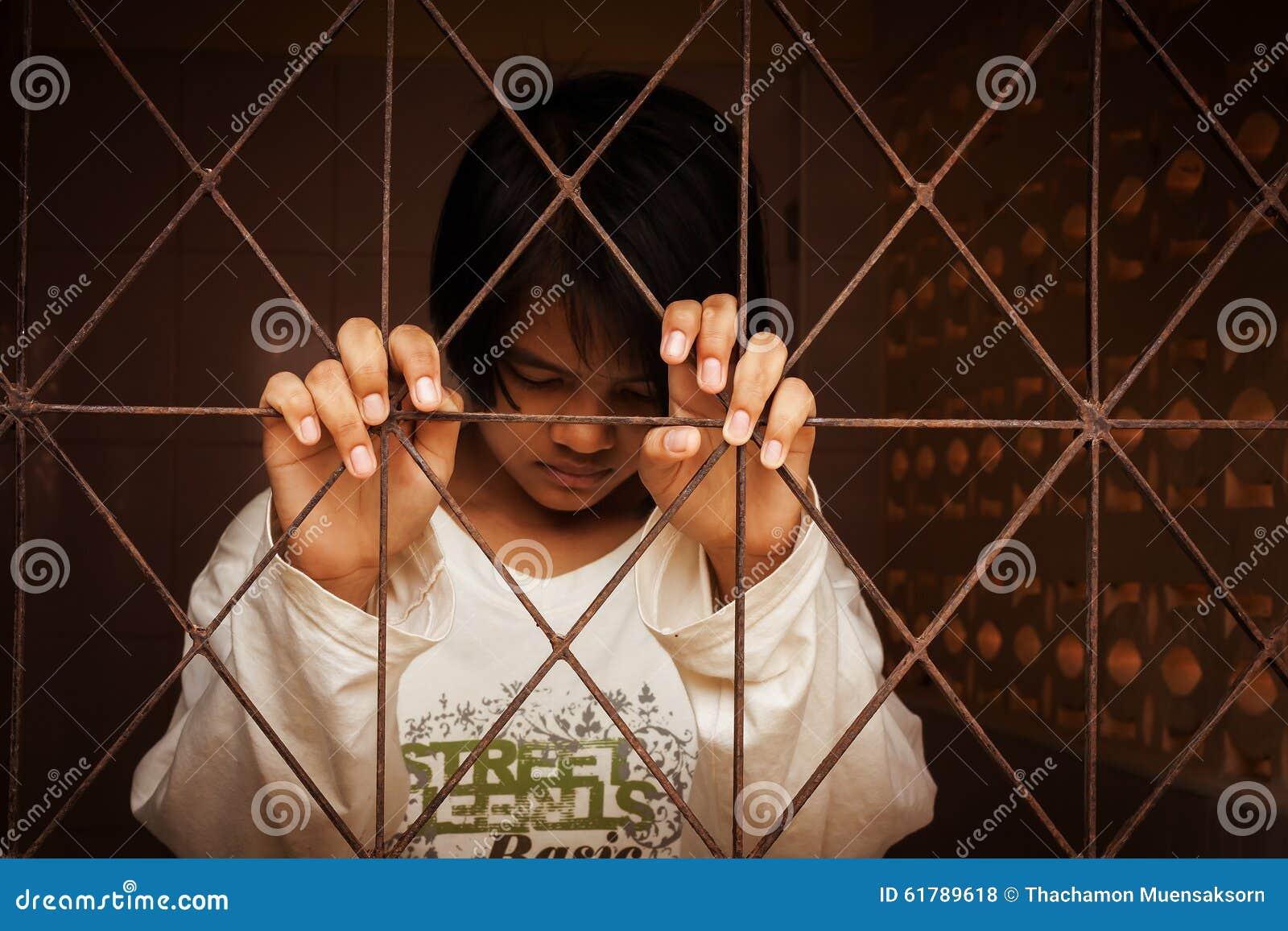 Dziewczyna stoi samotnie za więzieniem