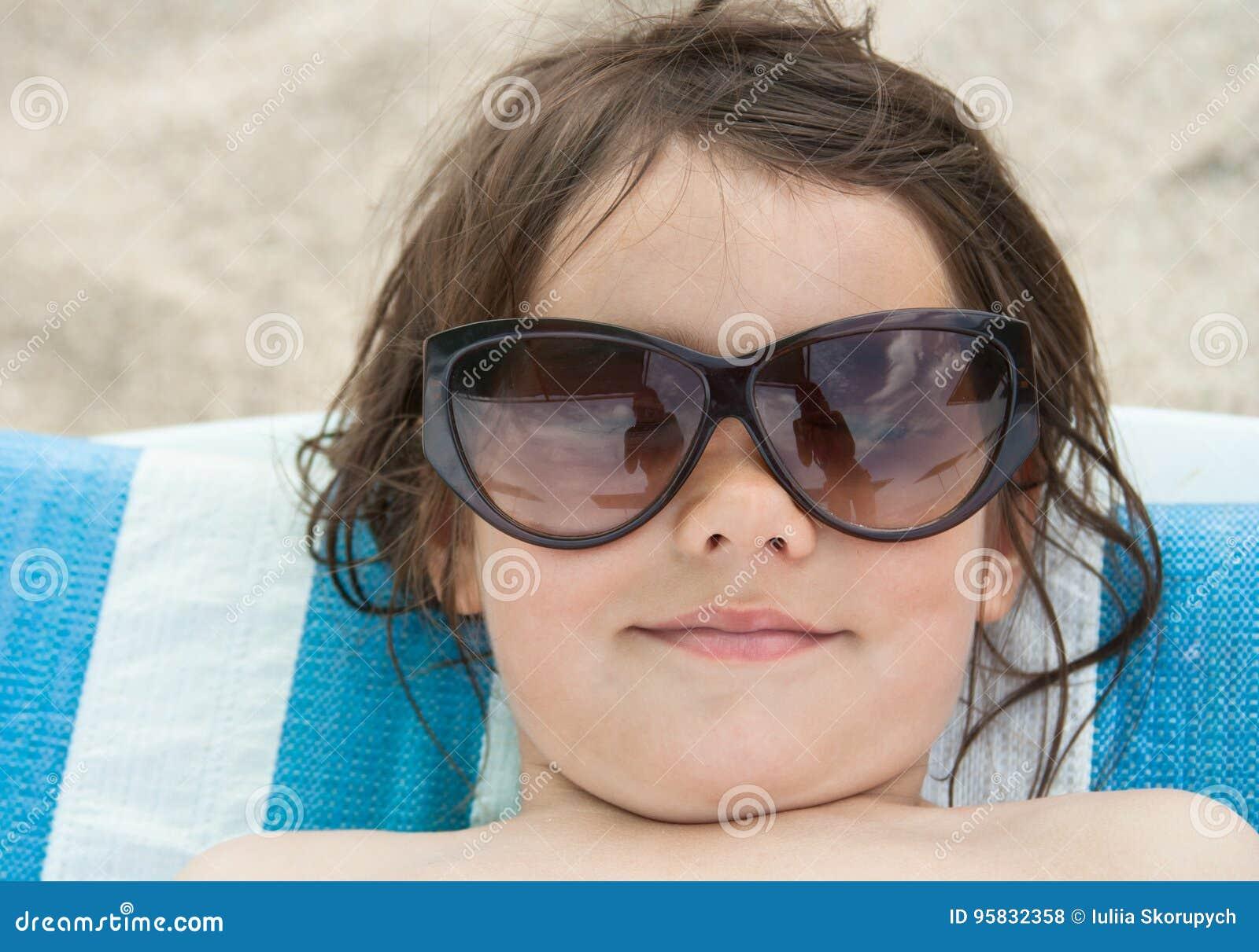 Dziewczyna sunbathes na plaży
