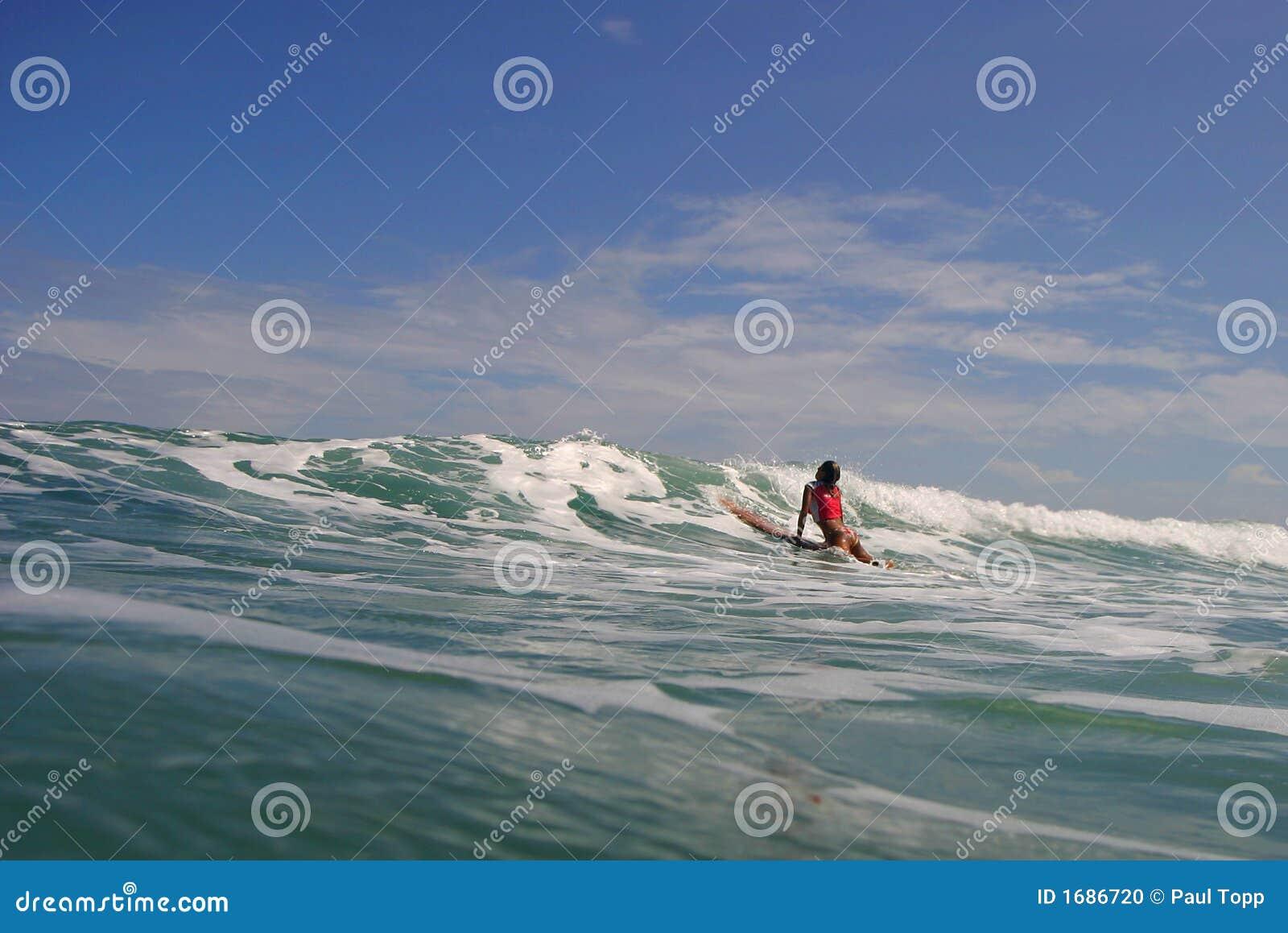 Dziewczyna surfera fale