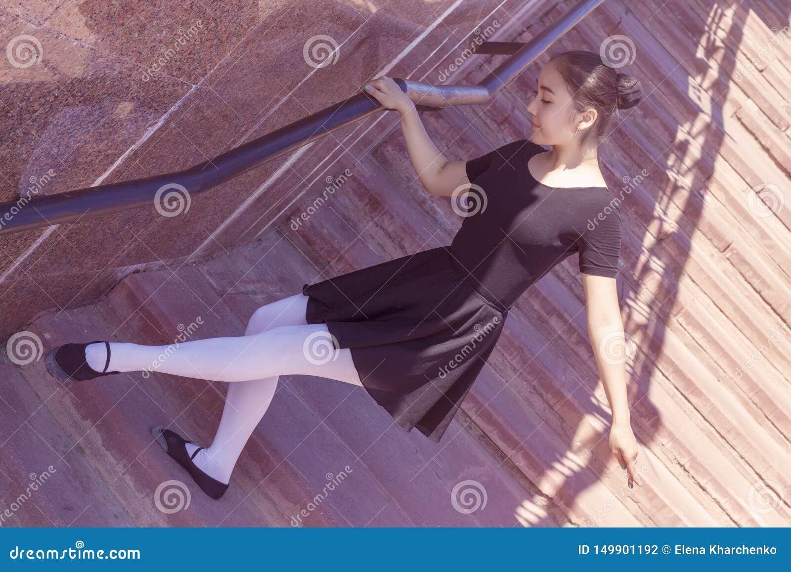 Dziewczyna tancerz robi różnych ruchy taniec w kostiumu kąpielowym dla tanczyć i baletniczy butów