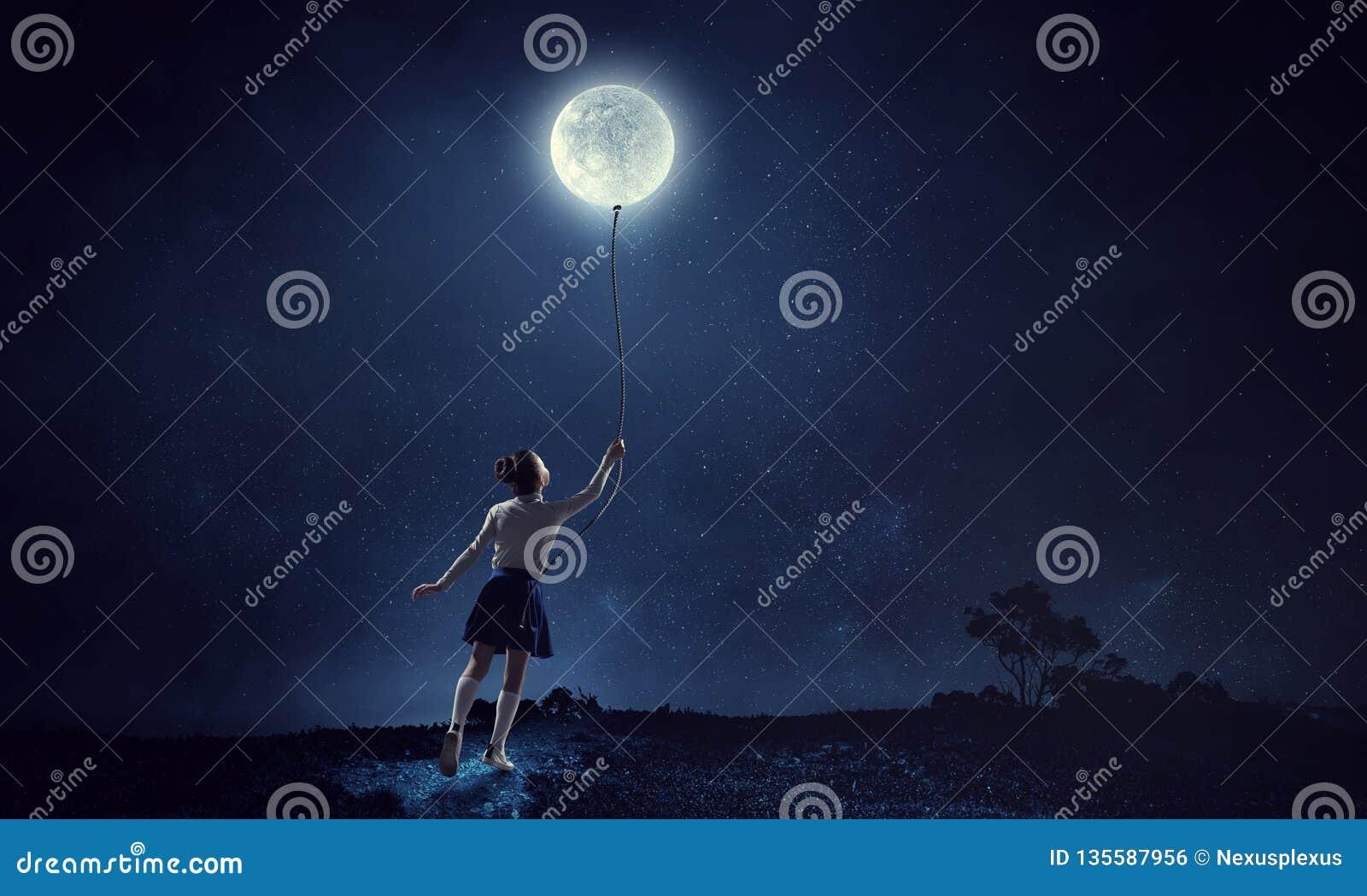Dziewczyna trzyma księżyc Mieszani środki