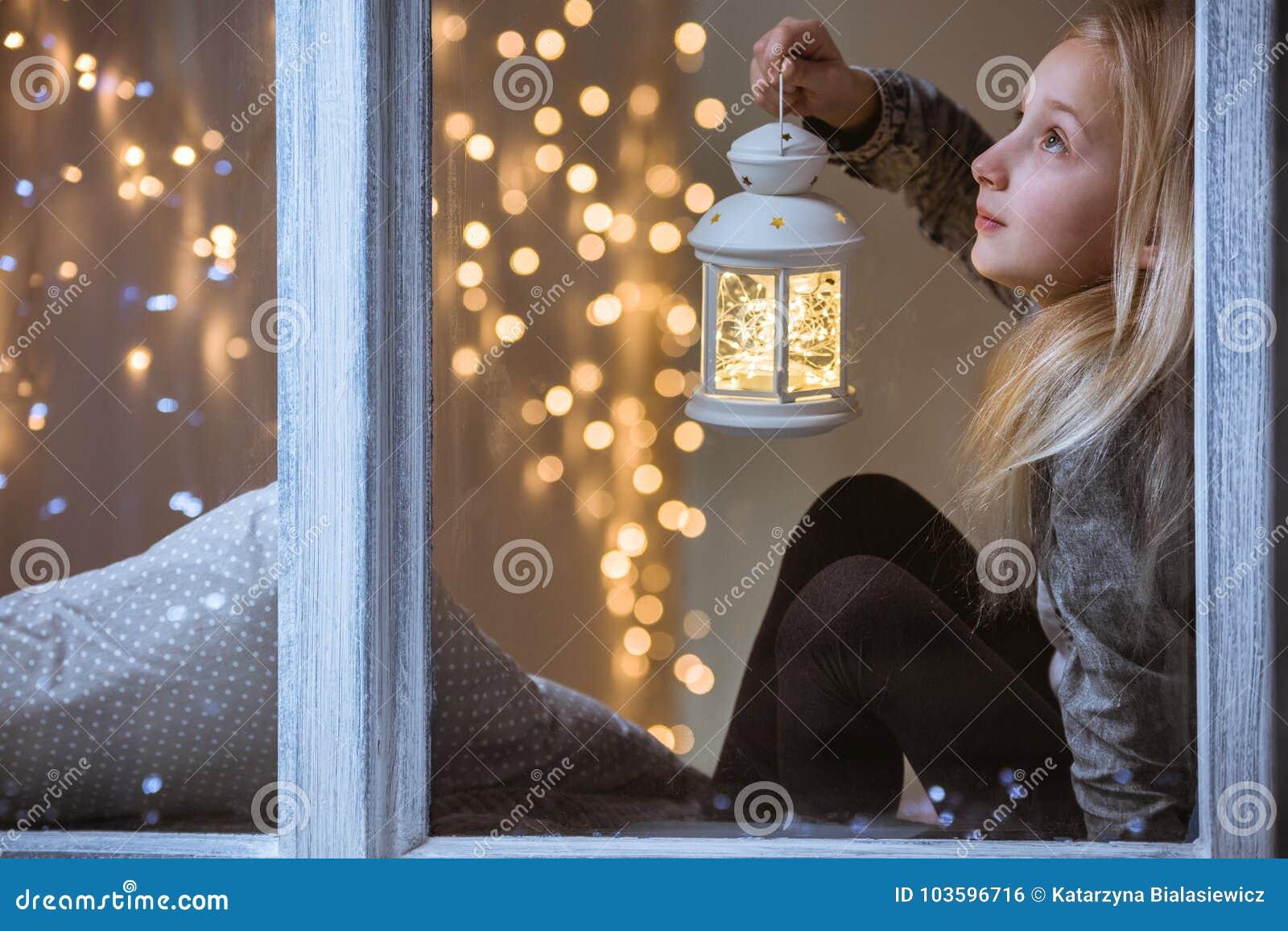 Dziewczyna trzyma lampion