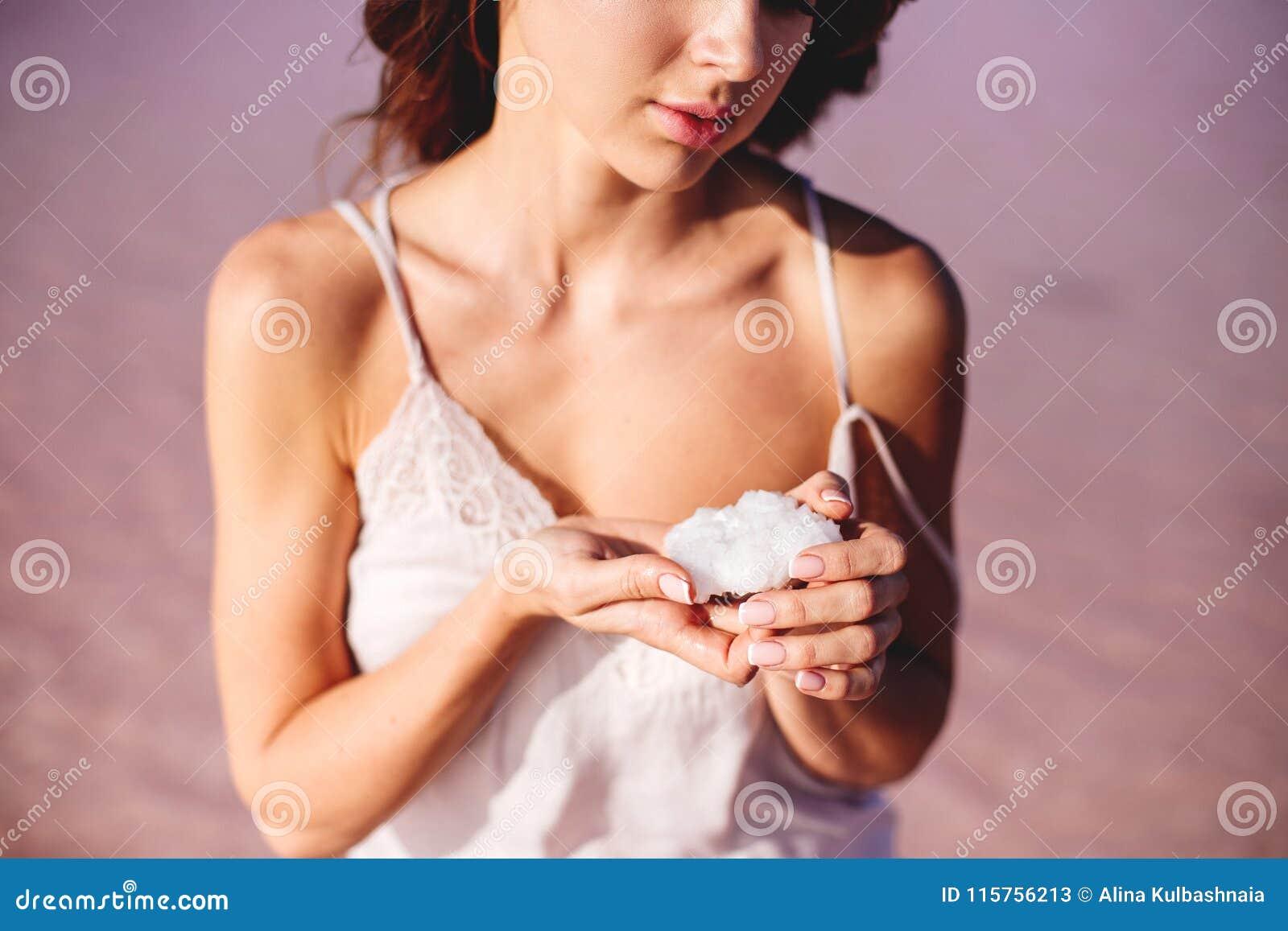 Dziewczyna trzyma solankowego kryształ
