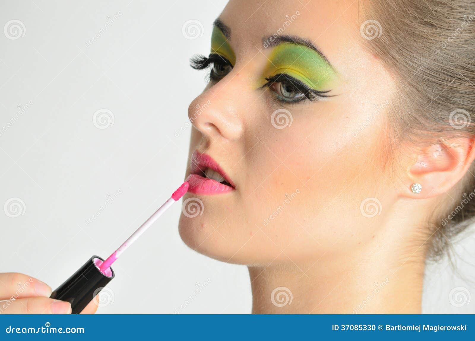 Download Dziewczyna Używa Wargi Glosę Zdjęcie Stock - Obraz złożonej z dosyć, dziewczyna: 37085330
