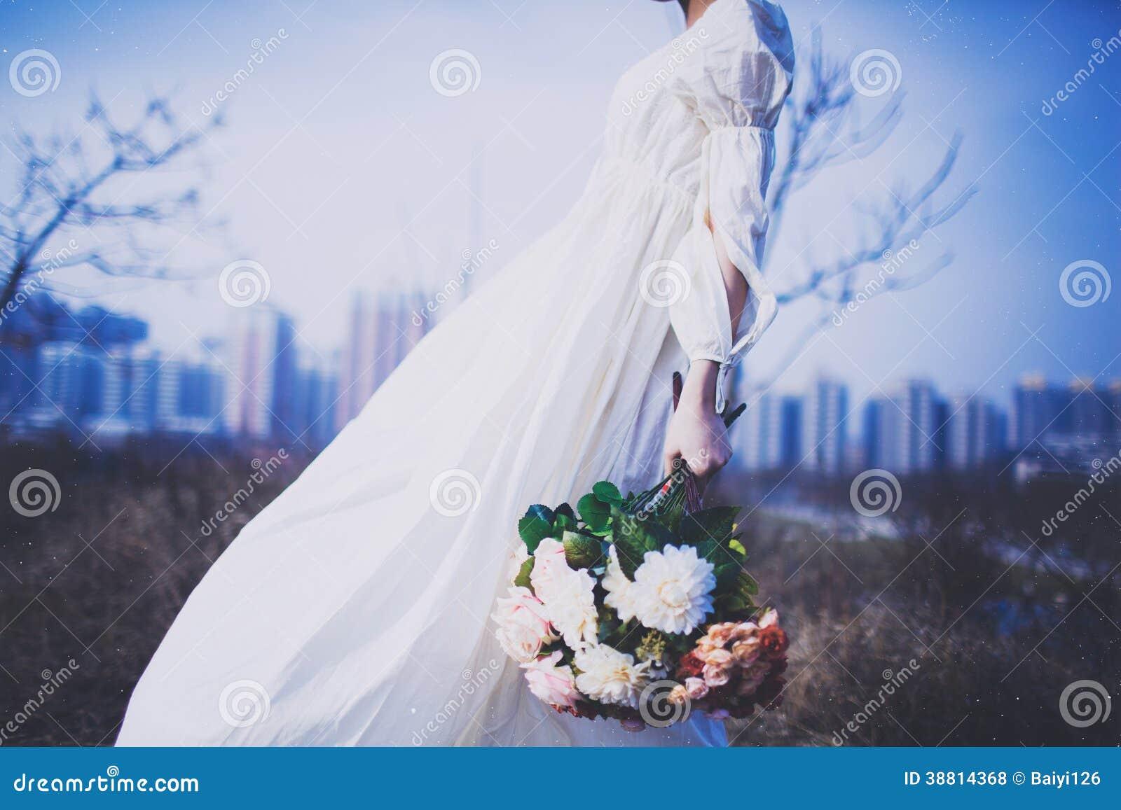 Dziewczyna w biel spódnicy mienia kwiatach